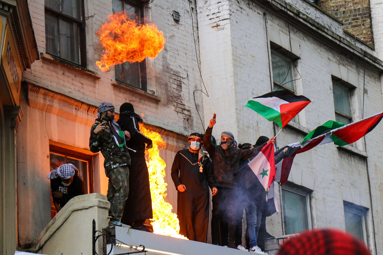 """""""Erőszakoljátok meg a lányaikat"""" - elszabadult a zsidóellenes, palesztinpárti tüntetés Londonban"""