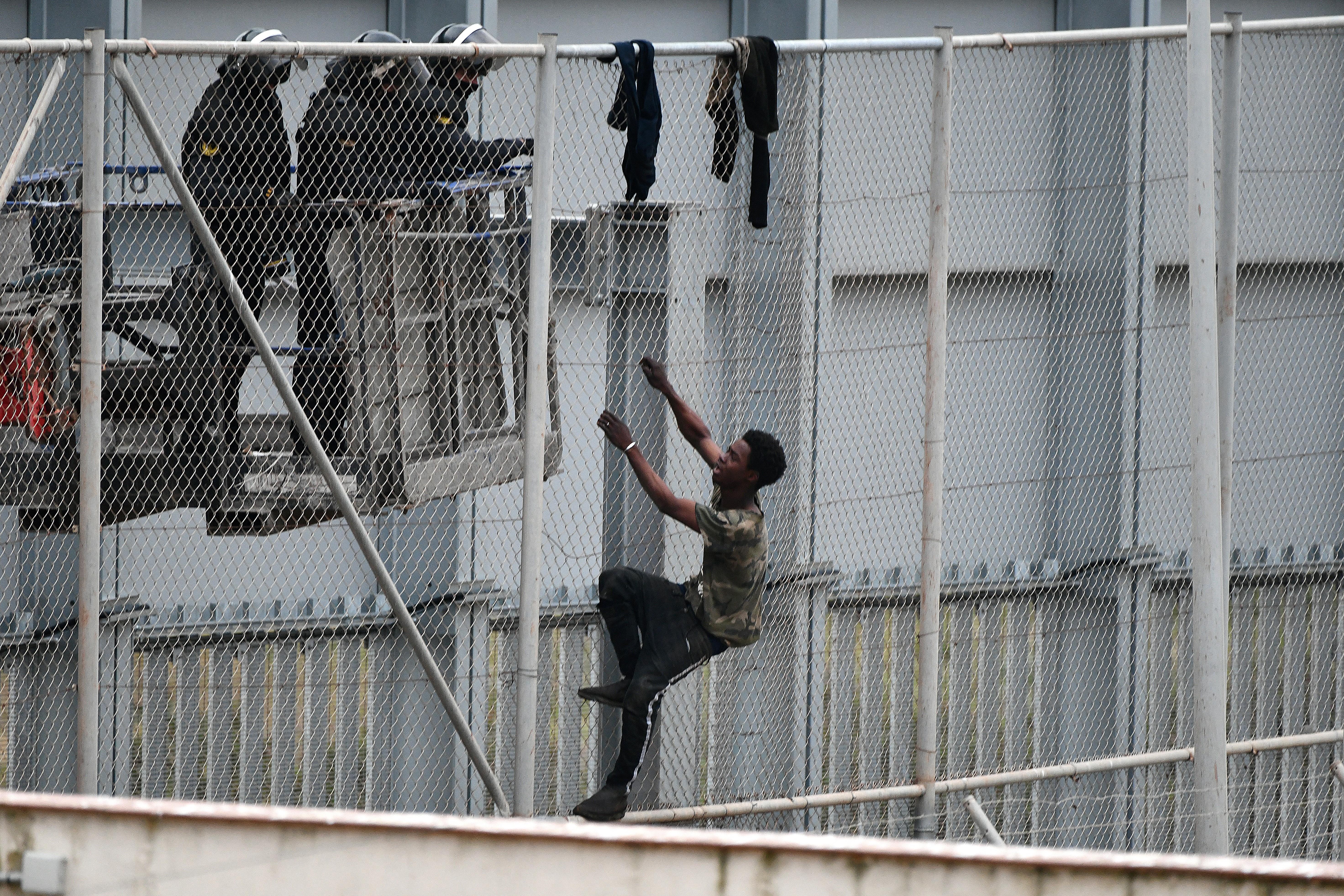 Egy nap alatt több mint 5000 bevándorló özönlötte el Spanyolország afrikai enklávéját