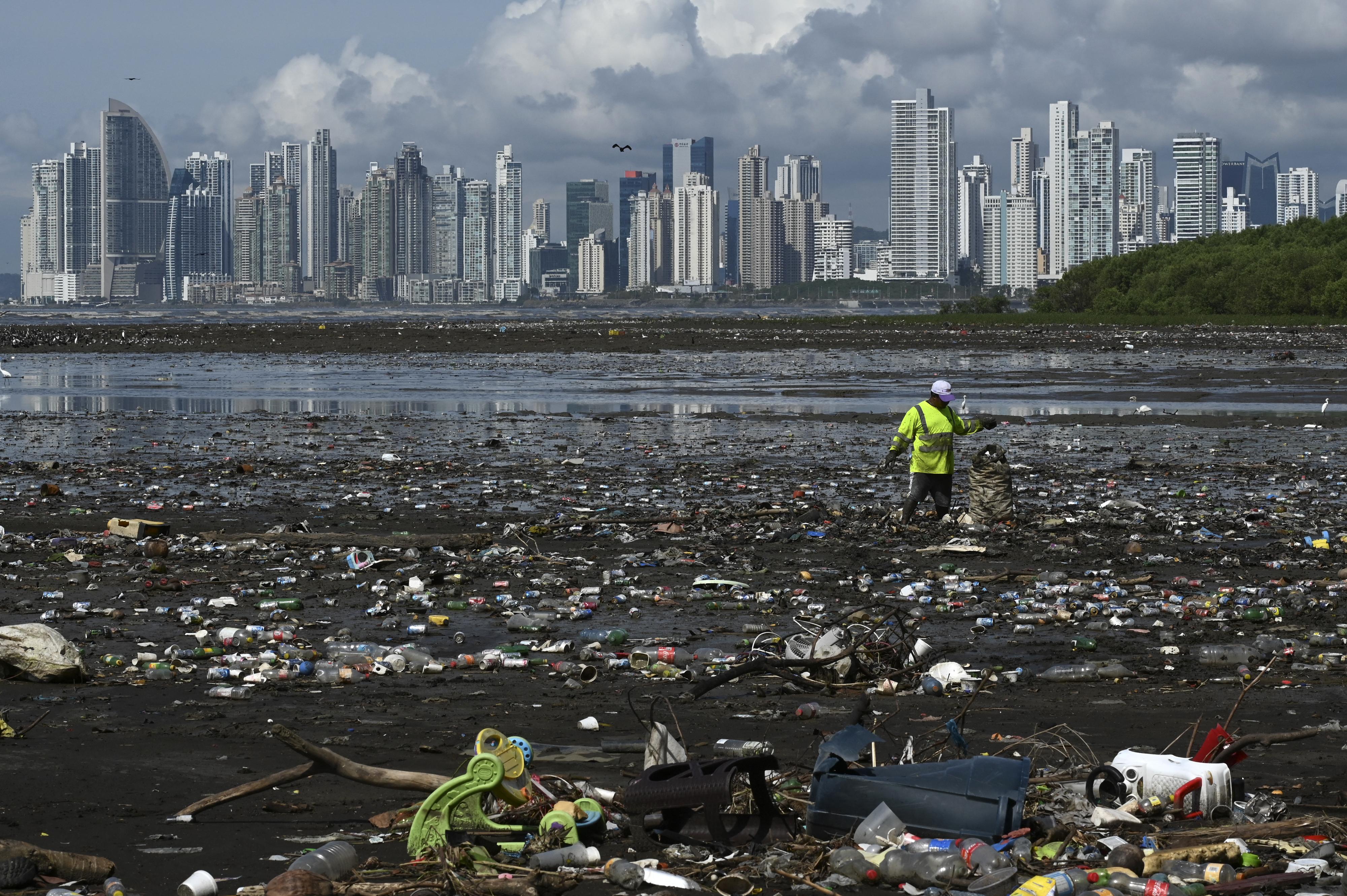 Húsz cég bocsátja ki a világ műanyaghulladékának több mint a felét