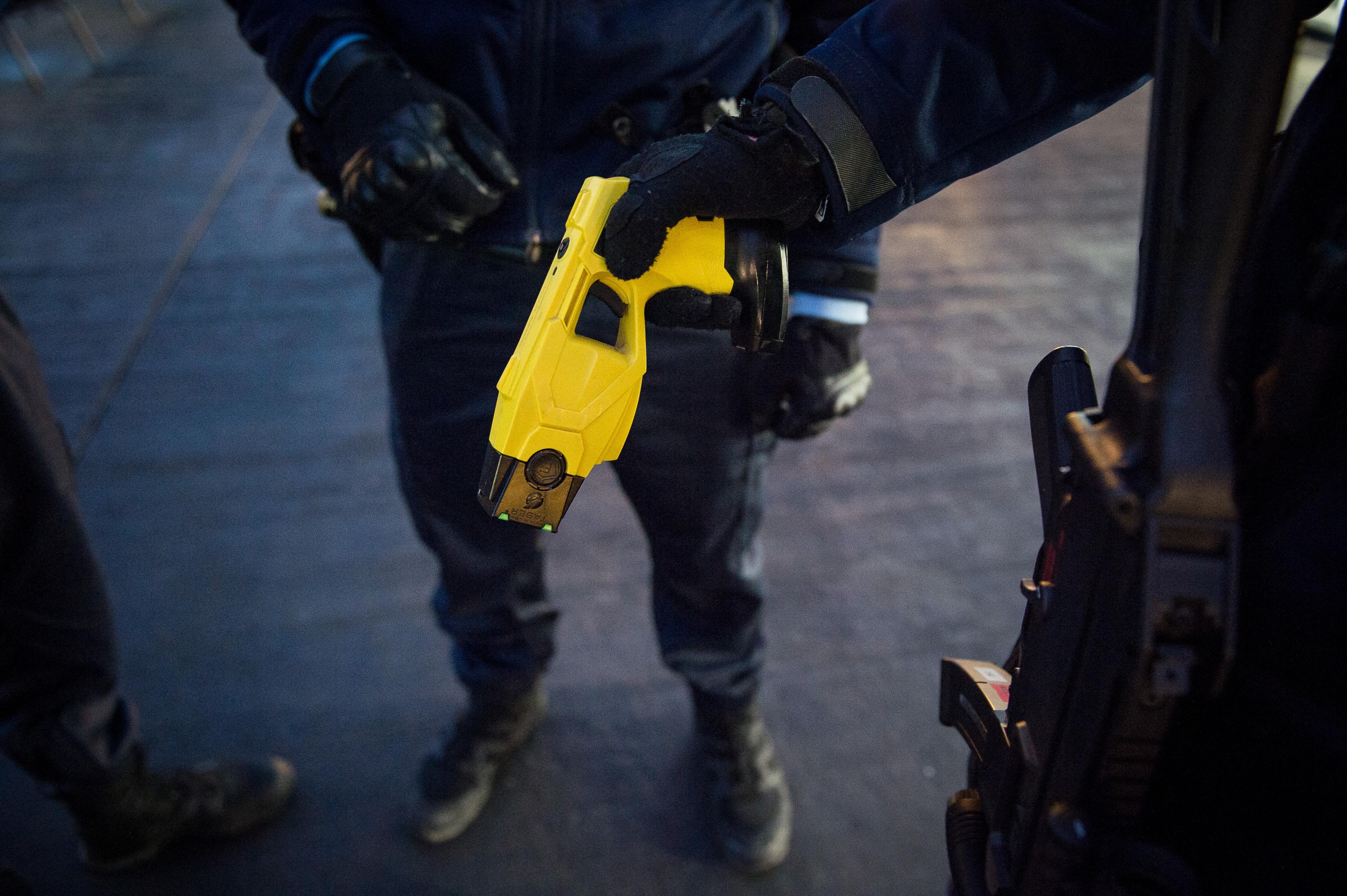 Amerikai rendőr oktatja a sokkoló használatát a Nemzeti Közszolgálati Egyetemen