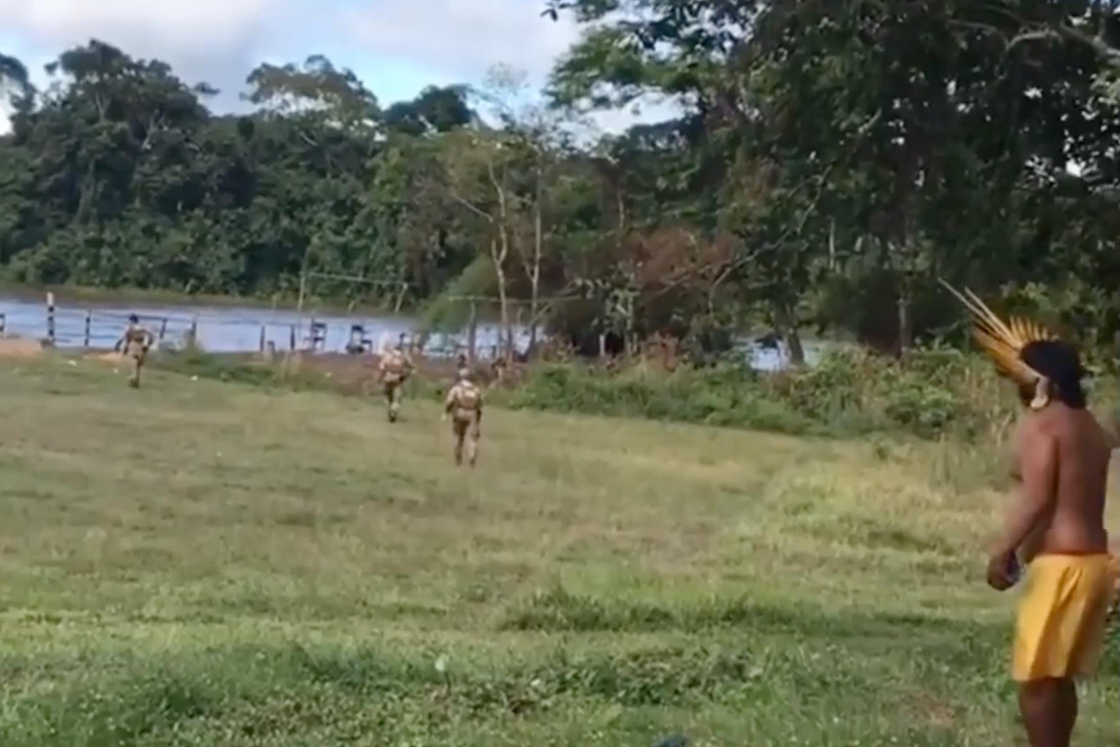 Illegális aranybányászok fegyverrel támadtak a yanomami őslakosokra Brazíliában