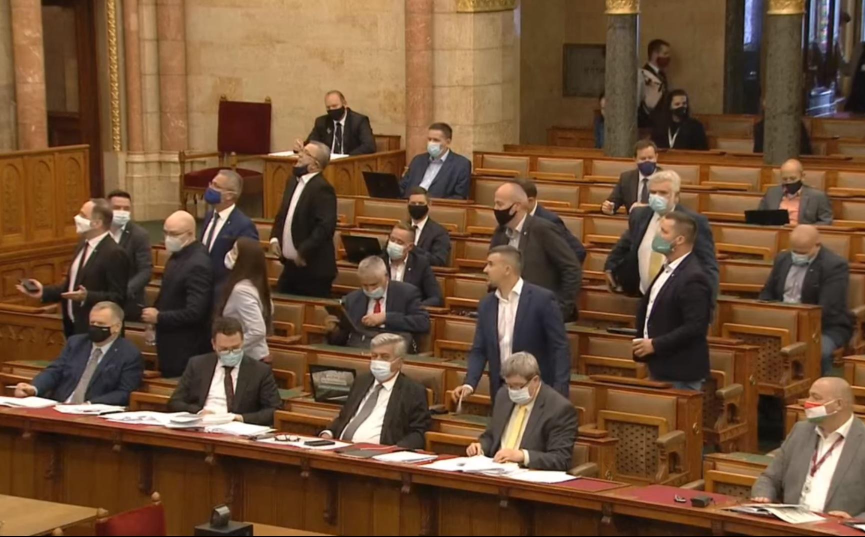 Kövér megint elvette a szót Jakabtól, a Jobbik kivonult az ülésteremből