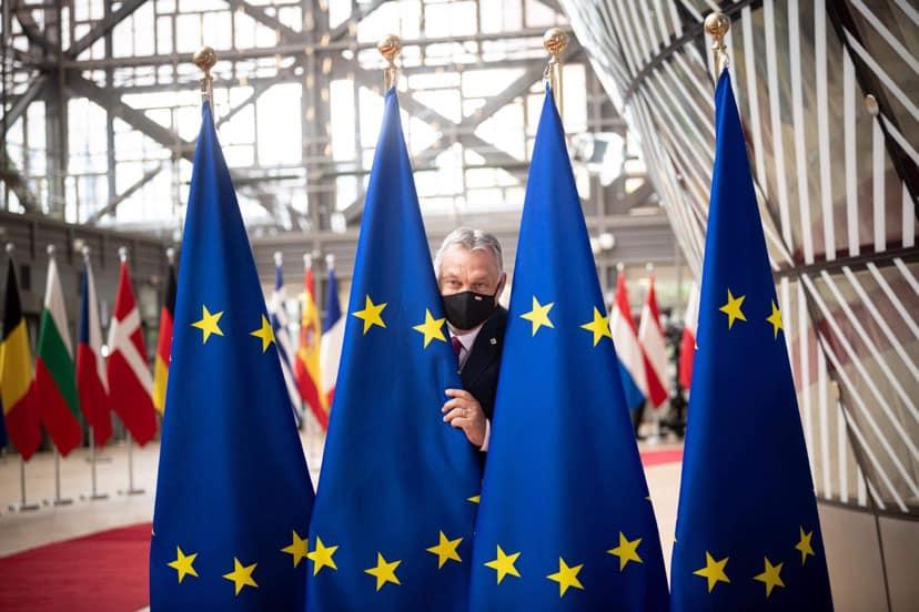 EU-s zászlók mögül vigyorgott Orbán Brüsszelben
