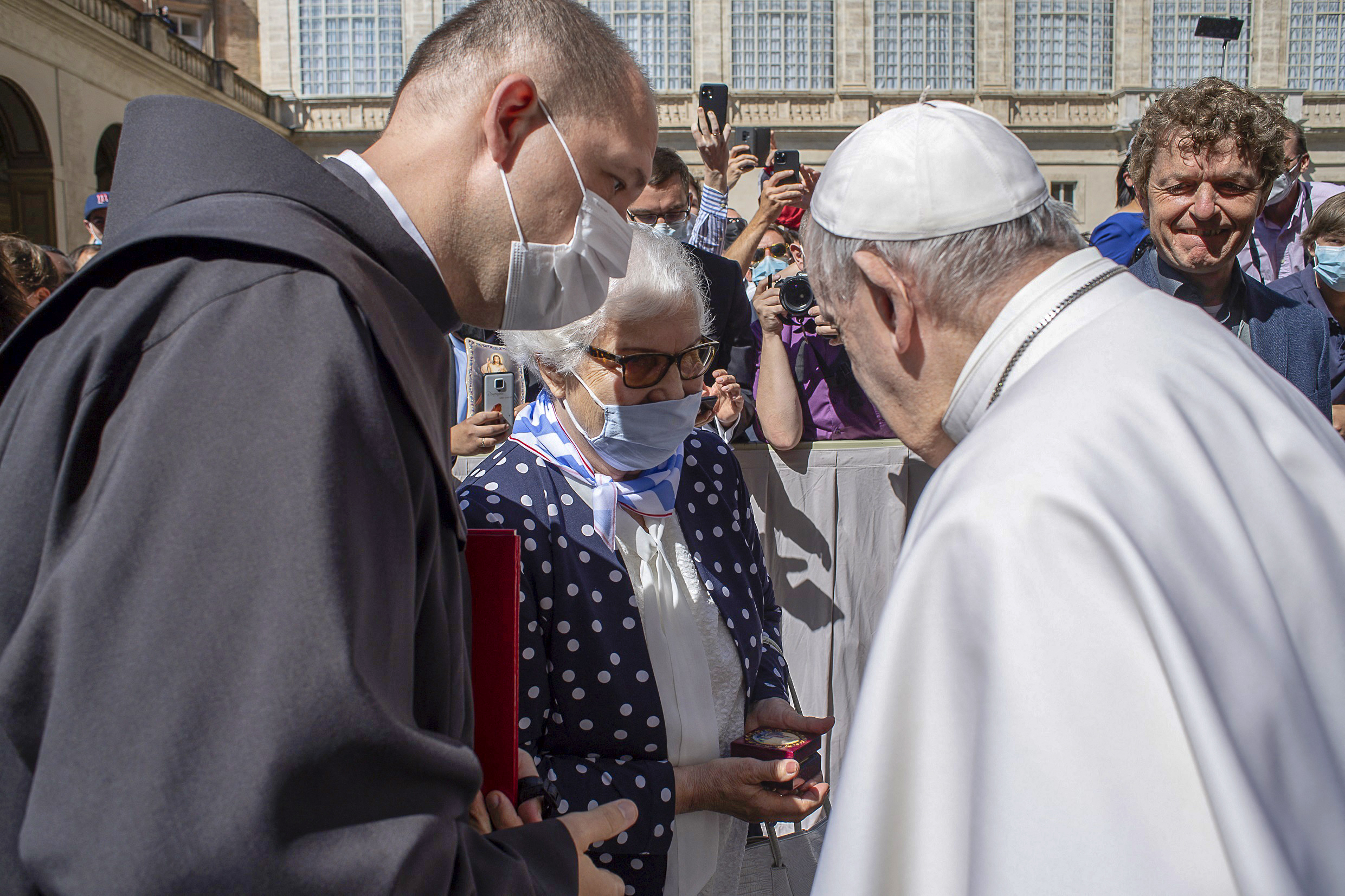Ferenc pápa megcsókolta a tetovált rabszámot egy holokauszttúlélő karján