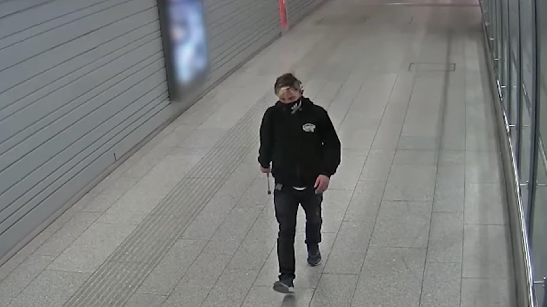 Egy srác a Kelenföldi pályaudvaron lazán szétverte húsklopfolóval 8 jegy- és csomagkiadó automata kijelzőjét
