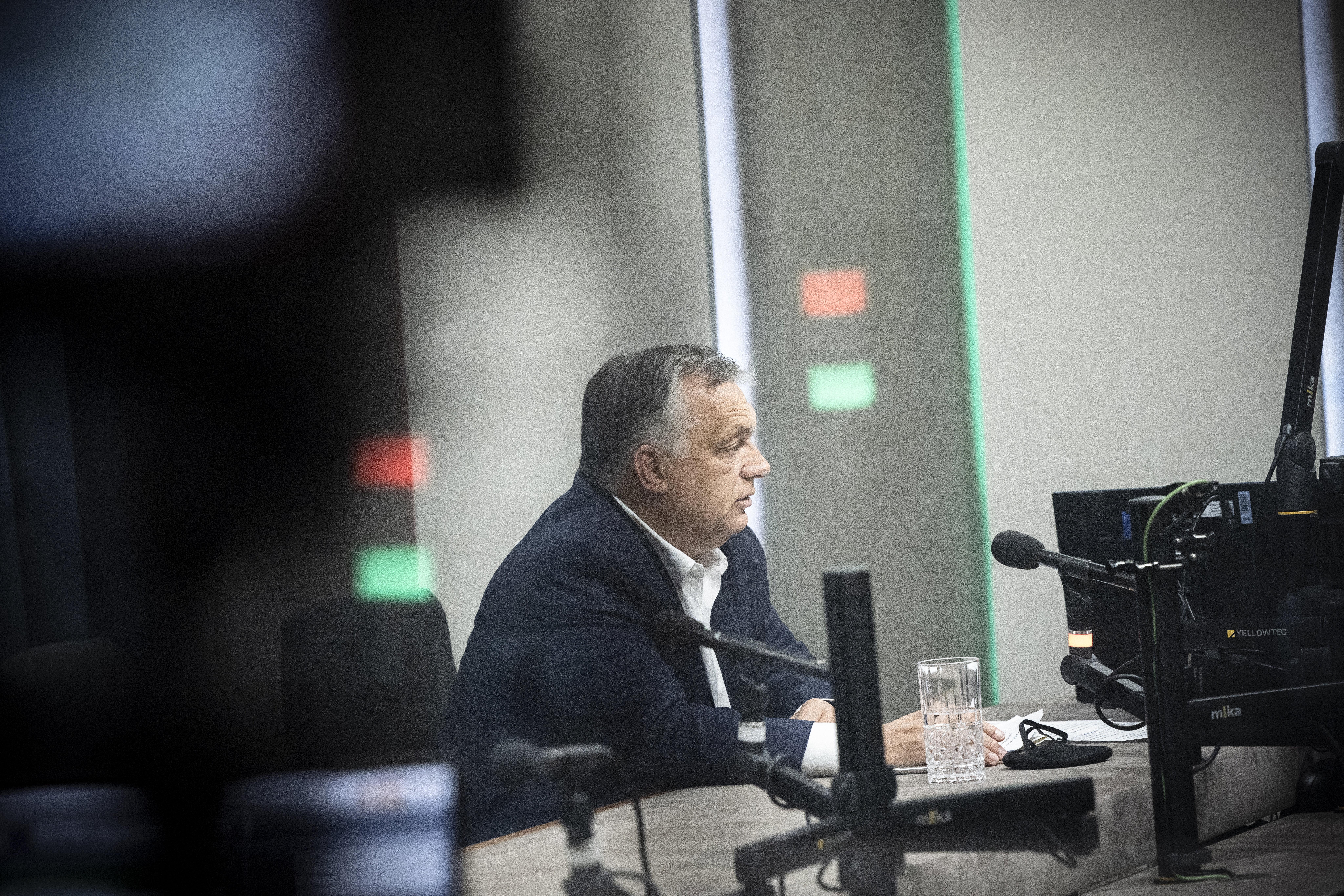 Kis trükközéssel emlegethetett Orbán ezernél kevesebb kórházban ápoltat a rádióinterjújában