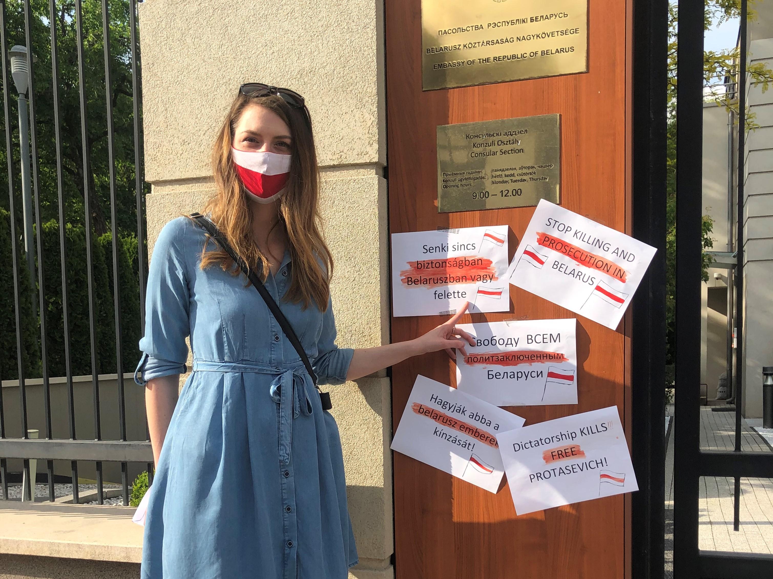 A belarusz nagykövetségnél akciózott Donáth Anna