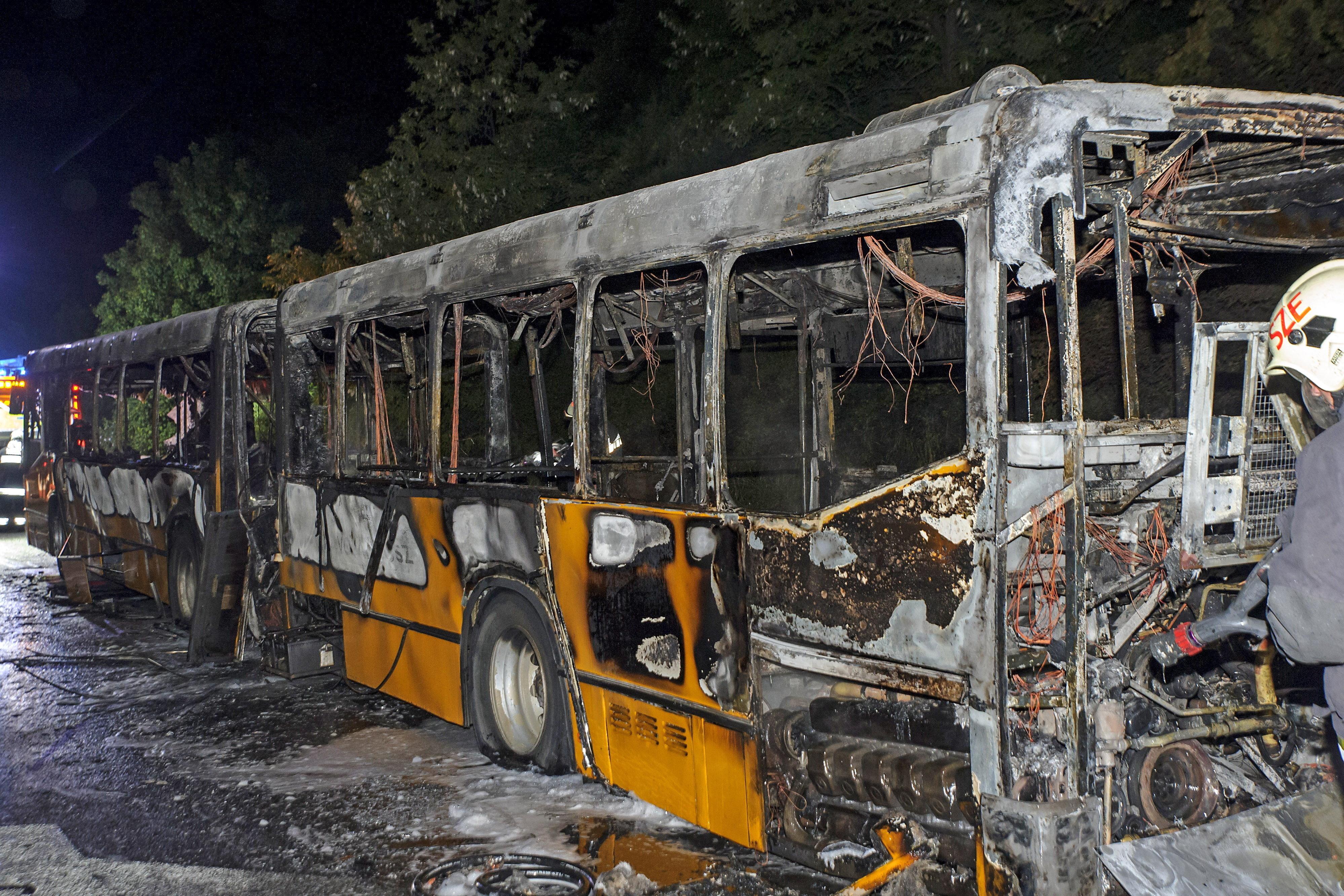 Teljesen kiégett egy csuklós busz az M7-esen péntek este