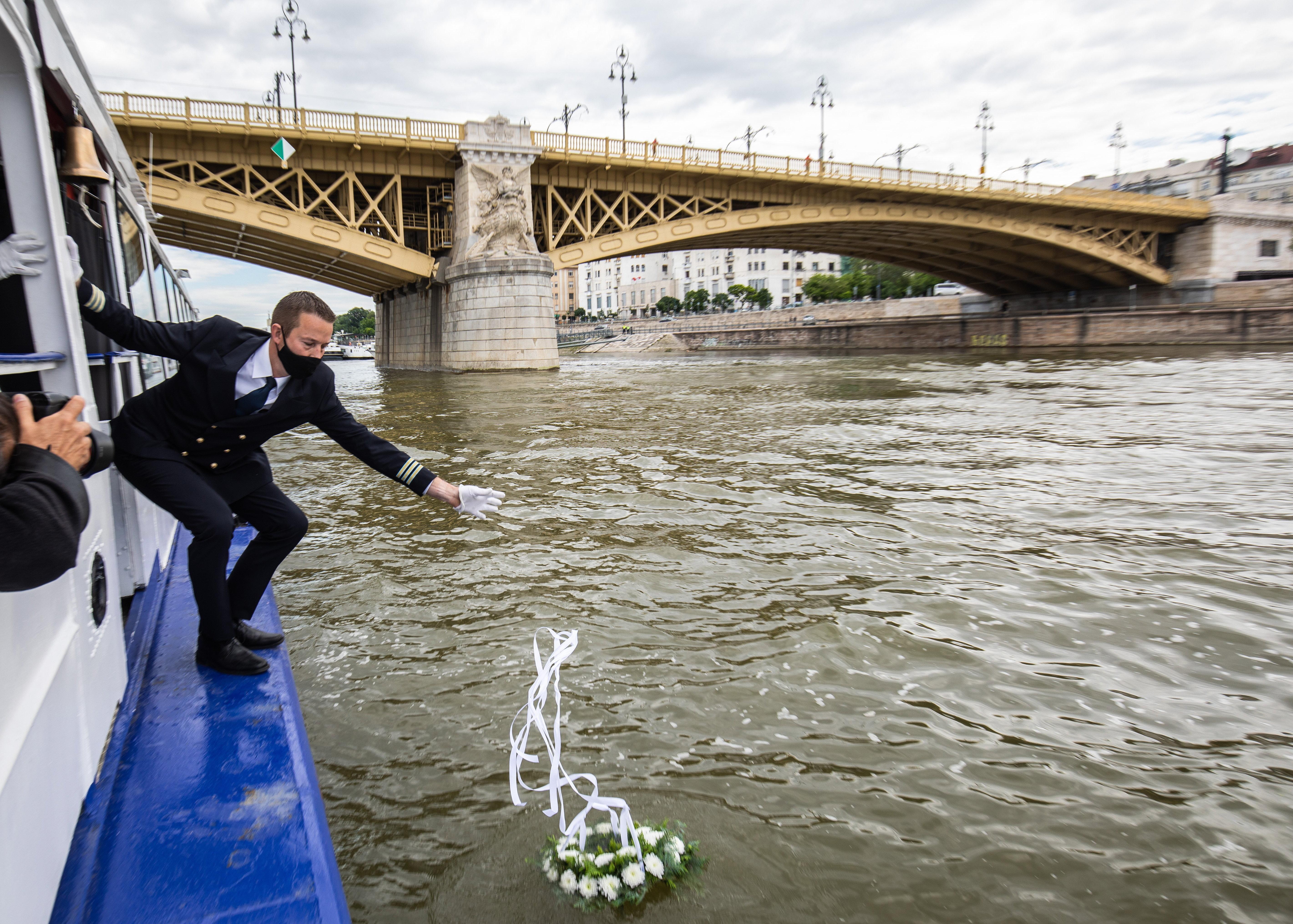 Vízre helyezett koszorúkkal emlékeztek a Hableány tragédiájára