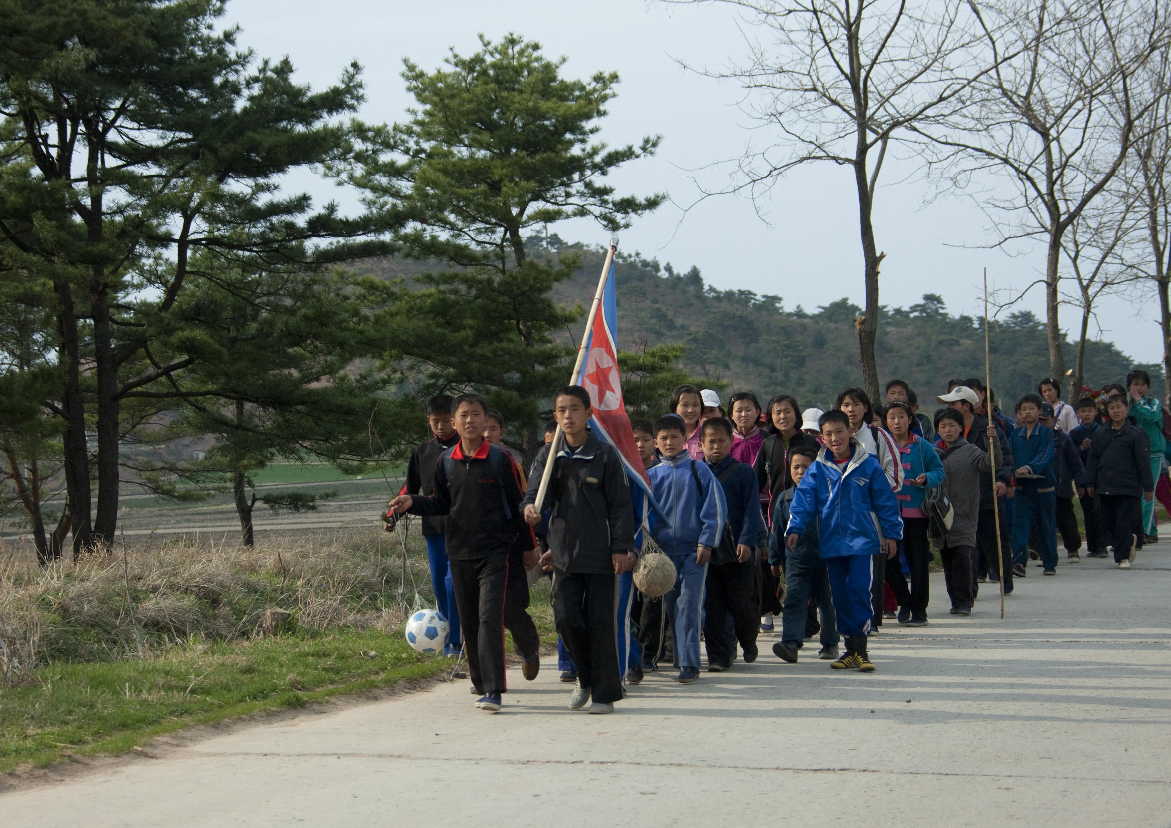 Észak-Korea szerint náluk nincs gyerekmunka, a fiatalok önként és boldogan mennek a bányába dolgozni