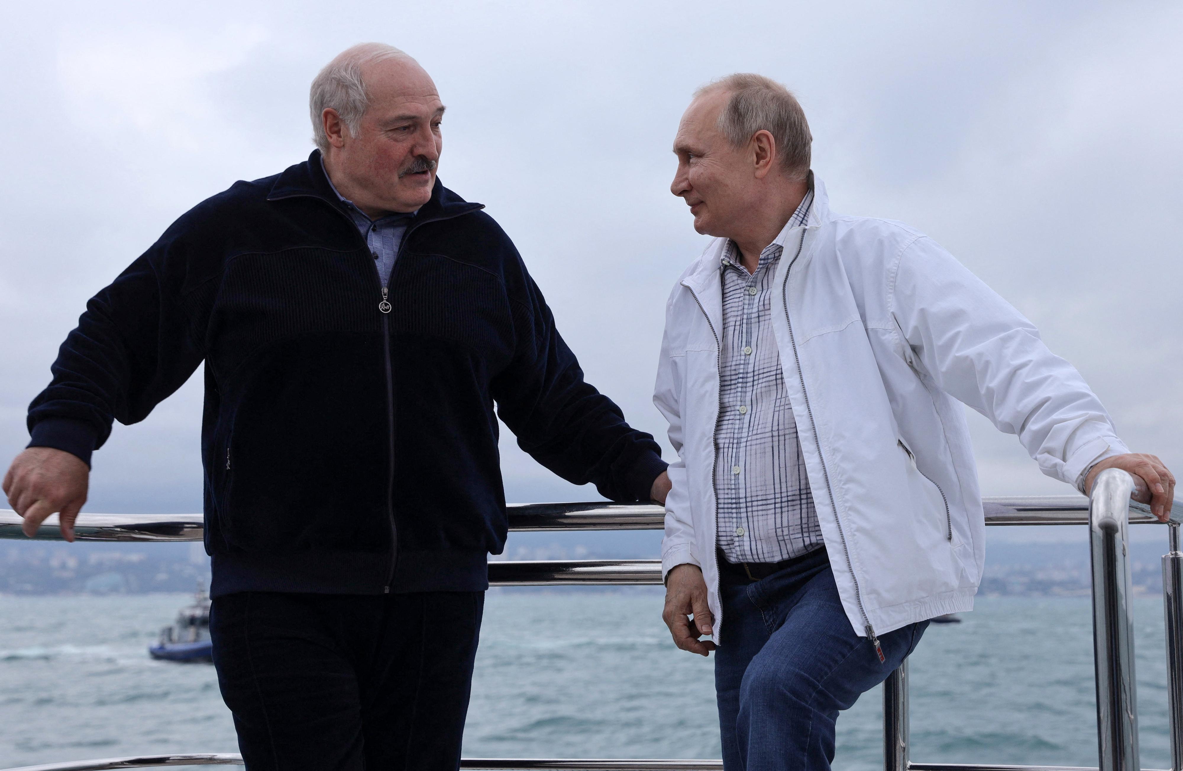 Lukasenkát lassan elengednék az oroszok, de az országát még közelebb húzzák magukhoz