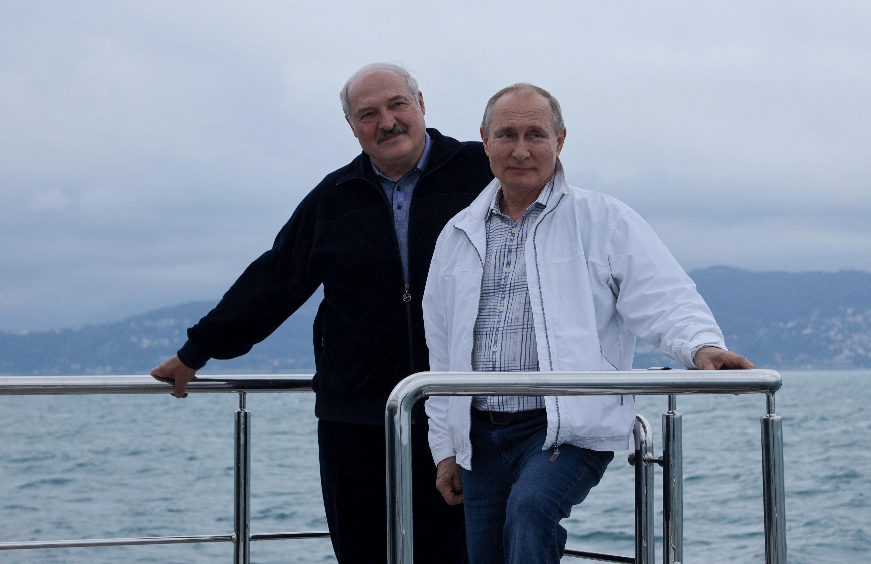 Üdvözlet Szocsiból: Putyin hajókázni ment Lukasenkával