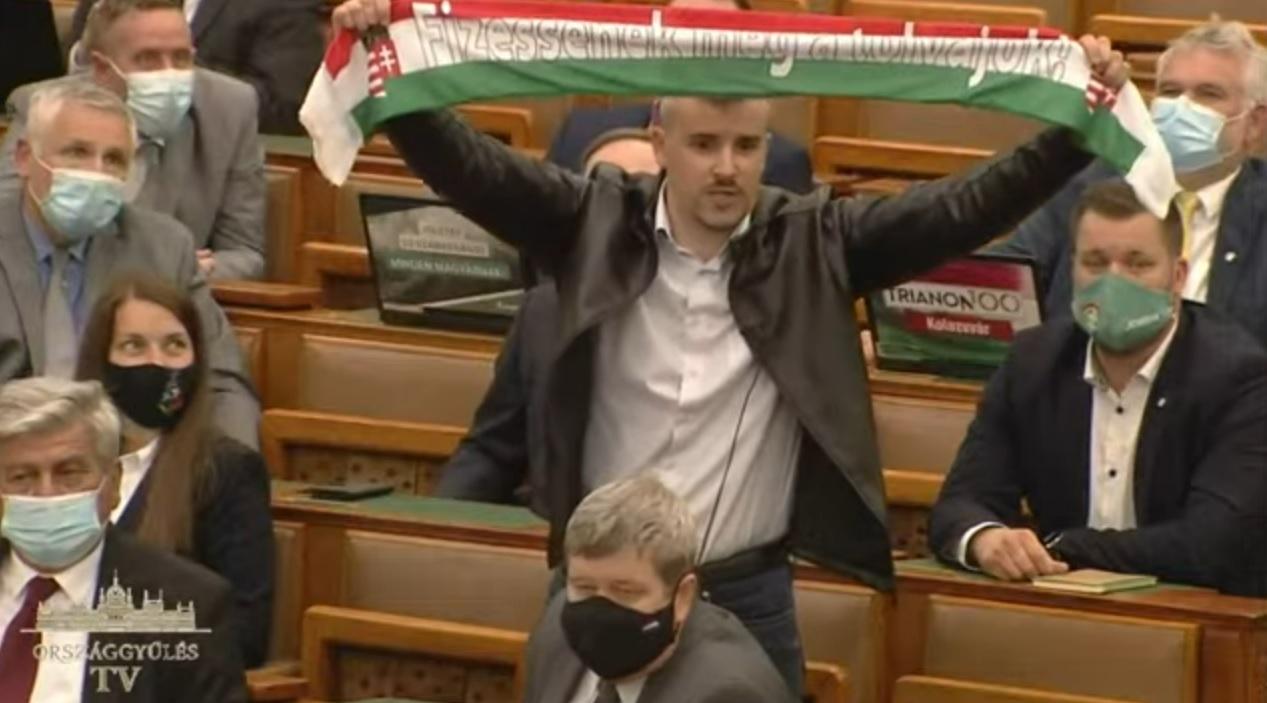 Elvették a szót Jakab Pétertől, amikor bemutatta Orbánnak, hogyan szurkolna a fideszes börtönválogatottnak