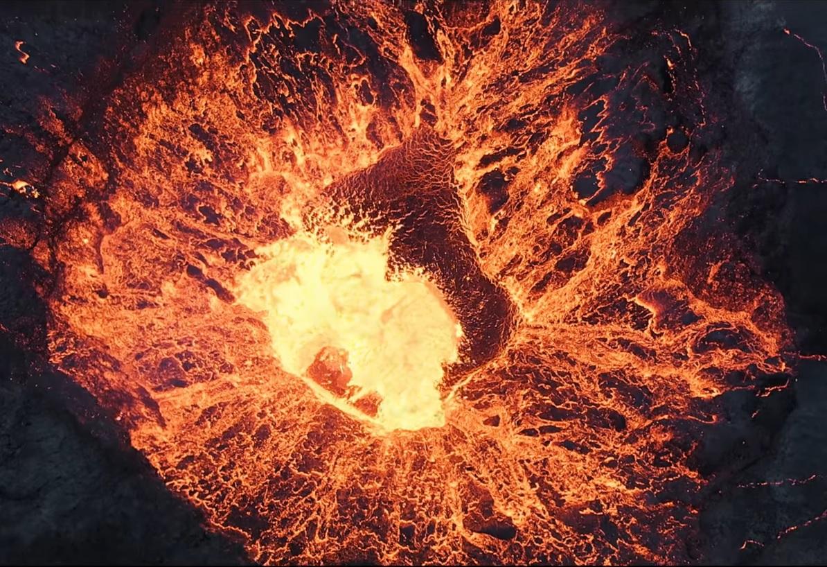 Így néz ki, amikor egy drónkamera belerepül az izlandi Fagradalsfjall vulkánba