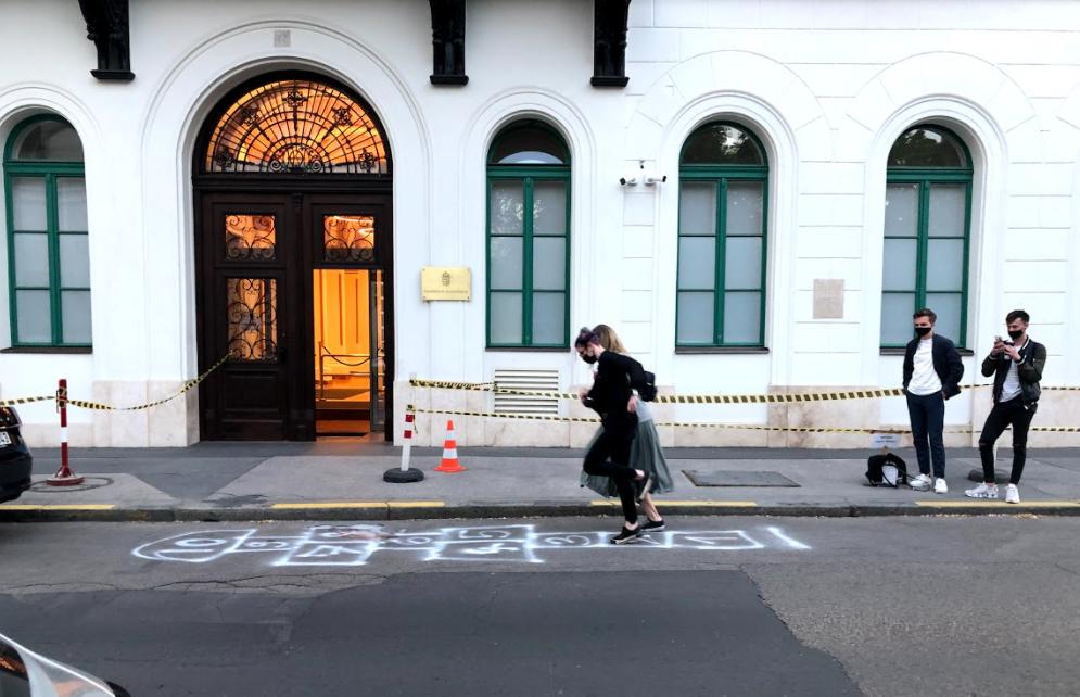 Minisztériumok elé fújtak fel ugróiskolákat a Momentum aktivistái