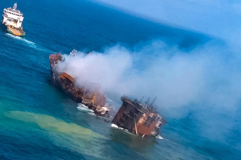Rendületlenül süllyed egy vegyianyagokkal megrakott teherhajó, környezeti katasztrófától tartanak Srí Lankán