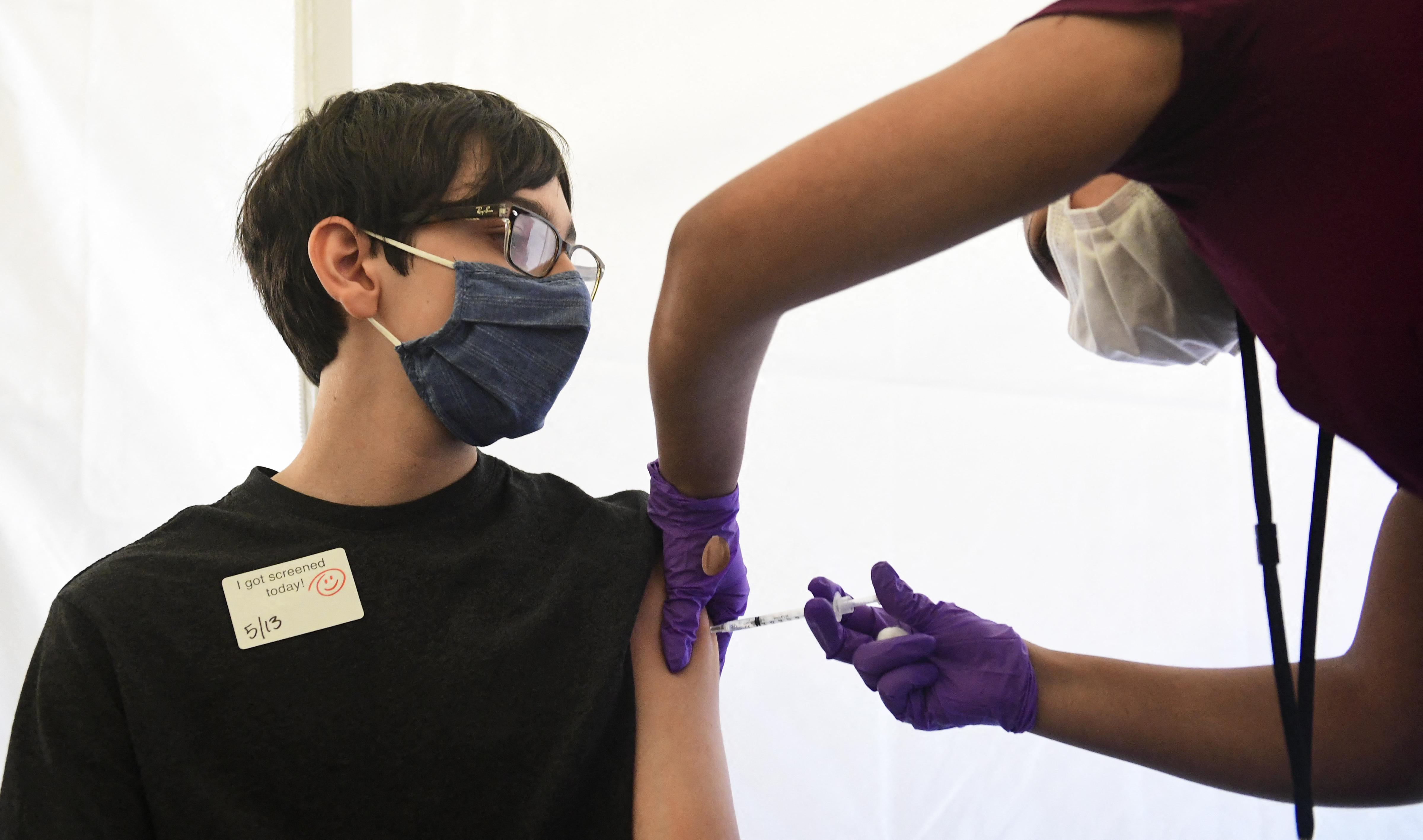 A brit gyógyszerfelügyelet is engedélyezte a 12-15 éves korosztály beoltását a Pfizer vakcinájával