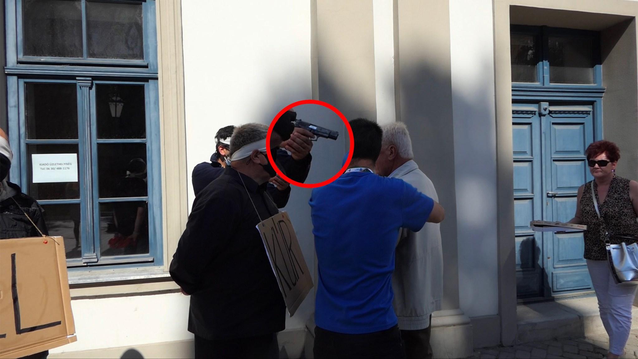 Gázpisztolyt rántott Dobrev Klára egri kampányrendezvényén egy ellentüntető