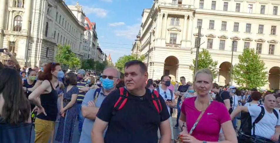A Kossuth térre érkeztek a tüntetők, itt nézheti élőben a Fudan elleni demonstrációt