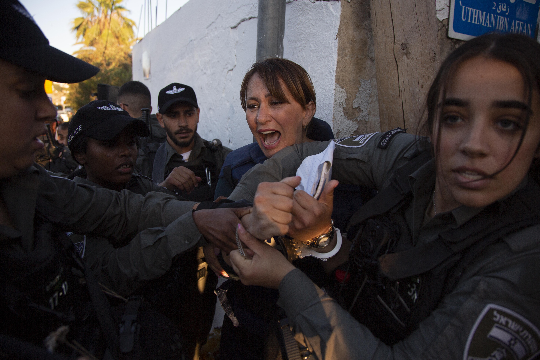 Izraeli rendőrök őrizetbe vették és összerugdosták az al-Dzsazíra újságíróját Jeruzsálemben