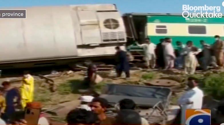 Összeütközött két expresszvonat Pakisztánban