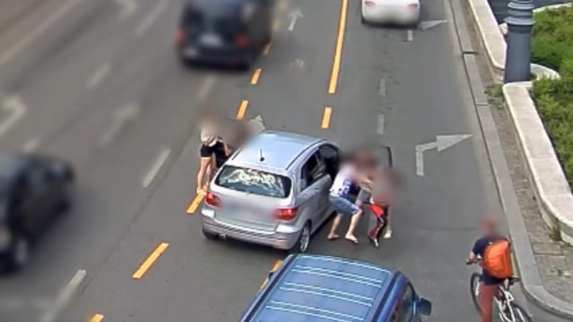 Kipofozták az utasokat egy Mercedesből a Kálvin téren