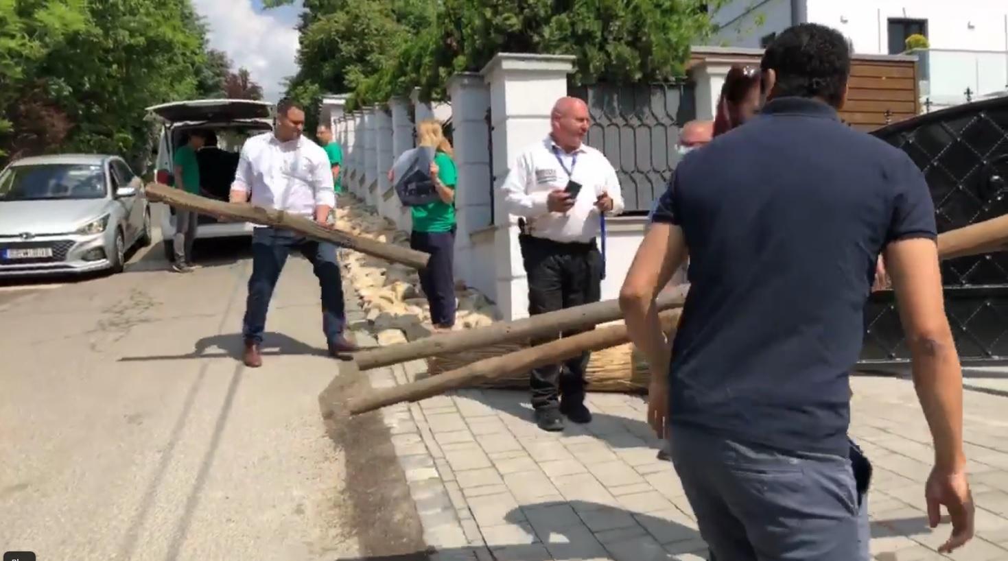 Cölöpöket és nádat dobáltak Mészáros Lőrinc villája elé a Fertő tavi természetrombolás miatt