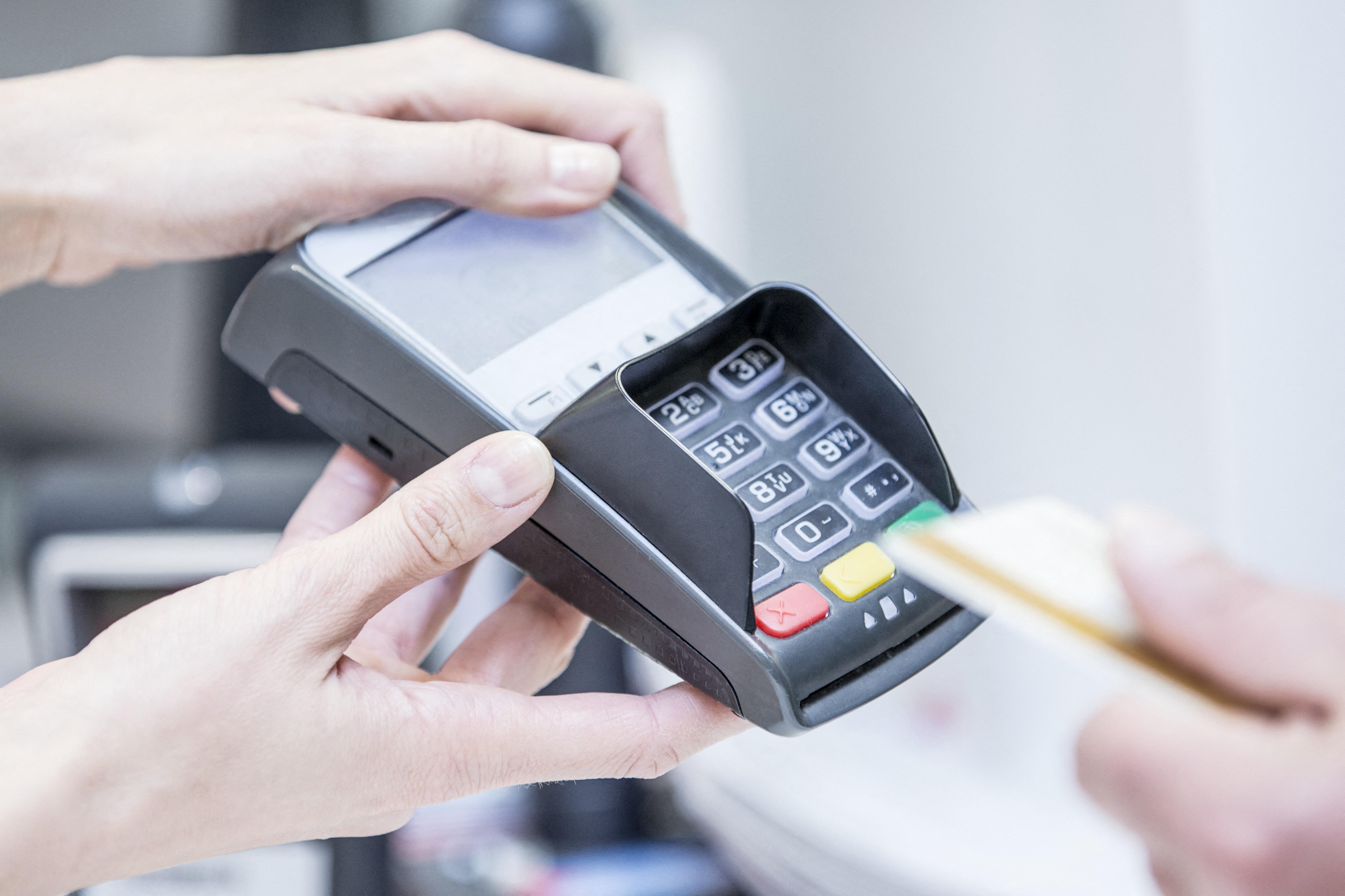Egyre többet és egyre szívesebben fizetünk bankkártyával