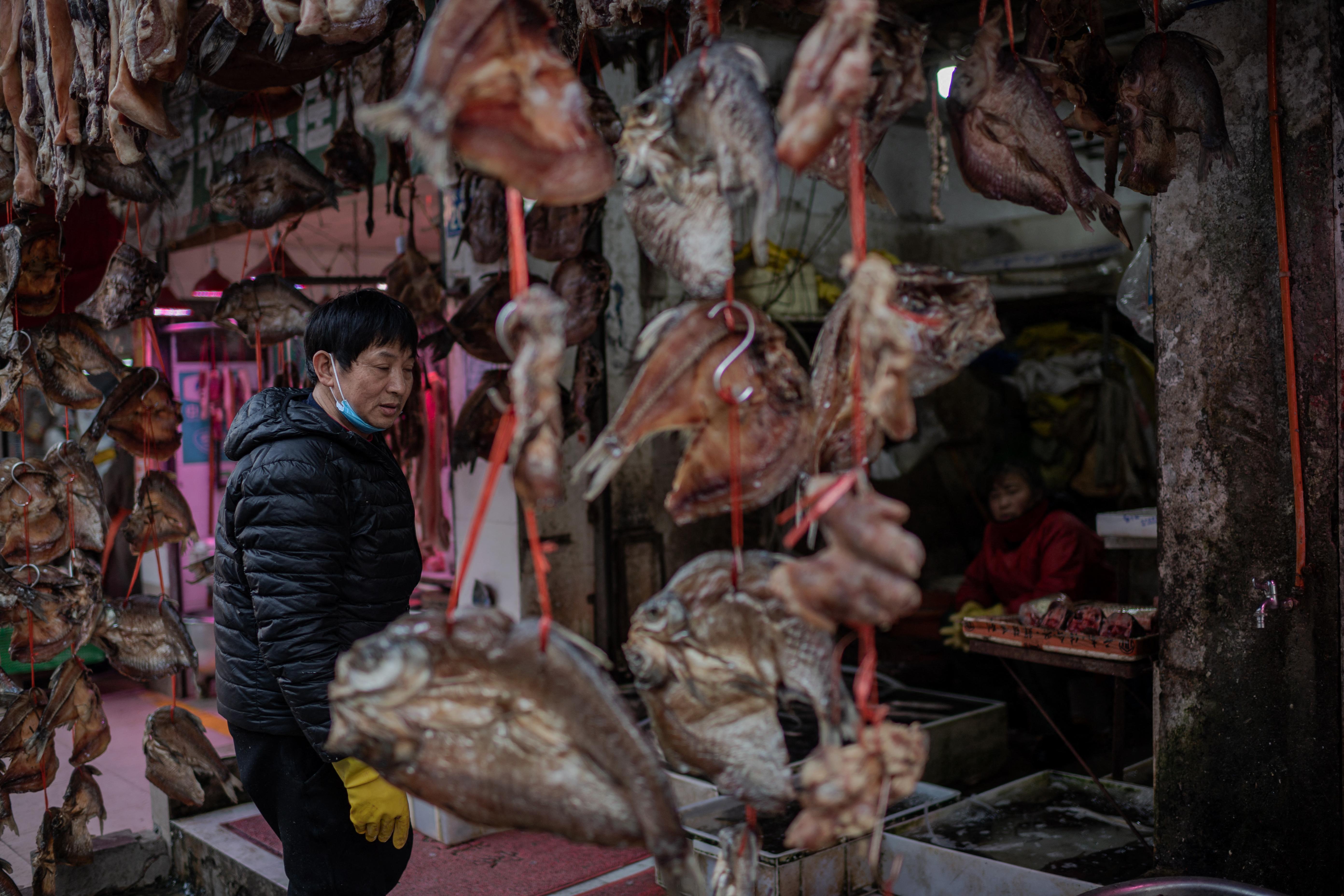 38 állatfajt árusítottak illegálisan a vuhani piacokon a járvány kitörése előtt