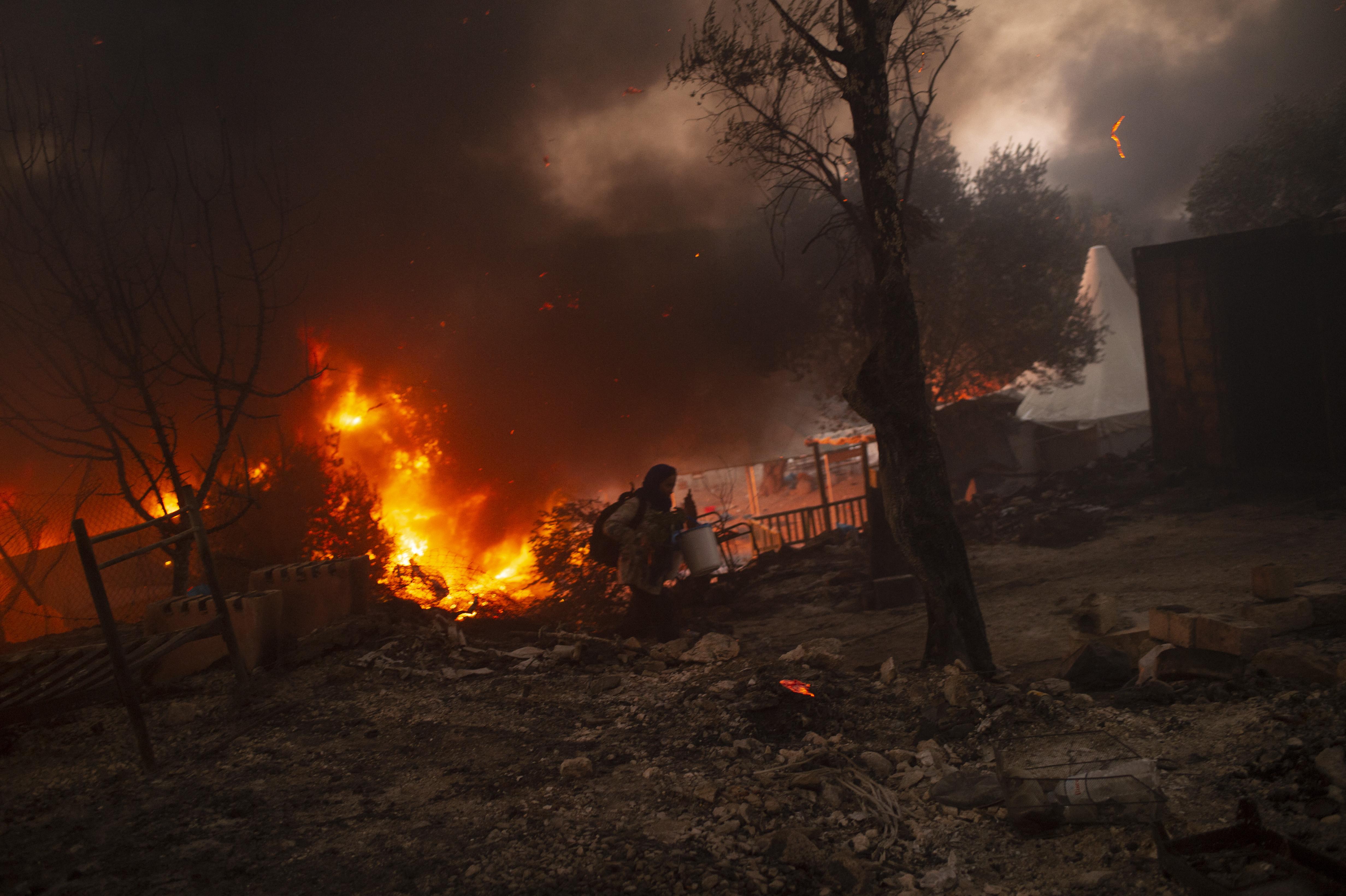 Tíz-tíz év börtönre ítéltek négy afgán menekültet a moriai menekülttábor felgyújtásáért
