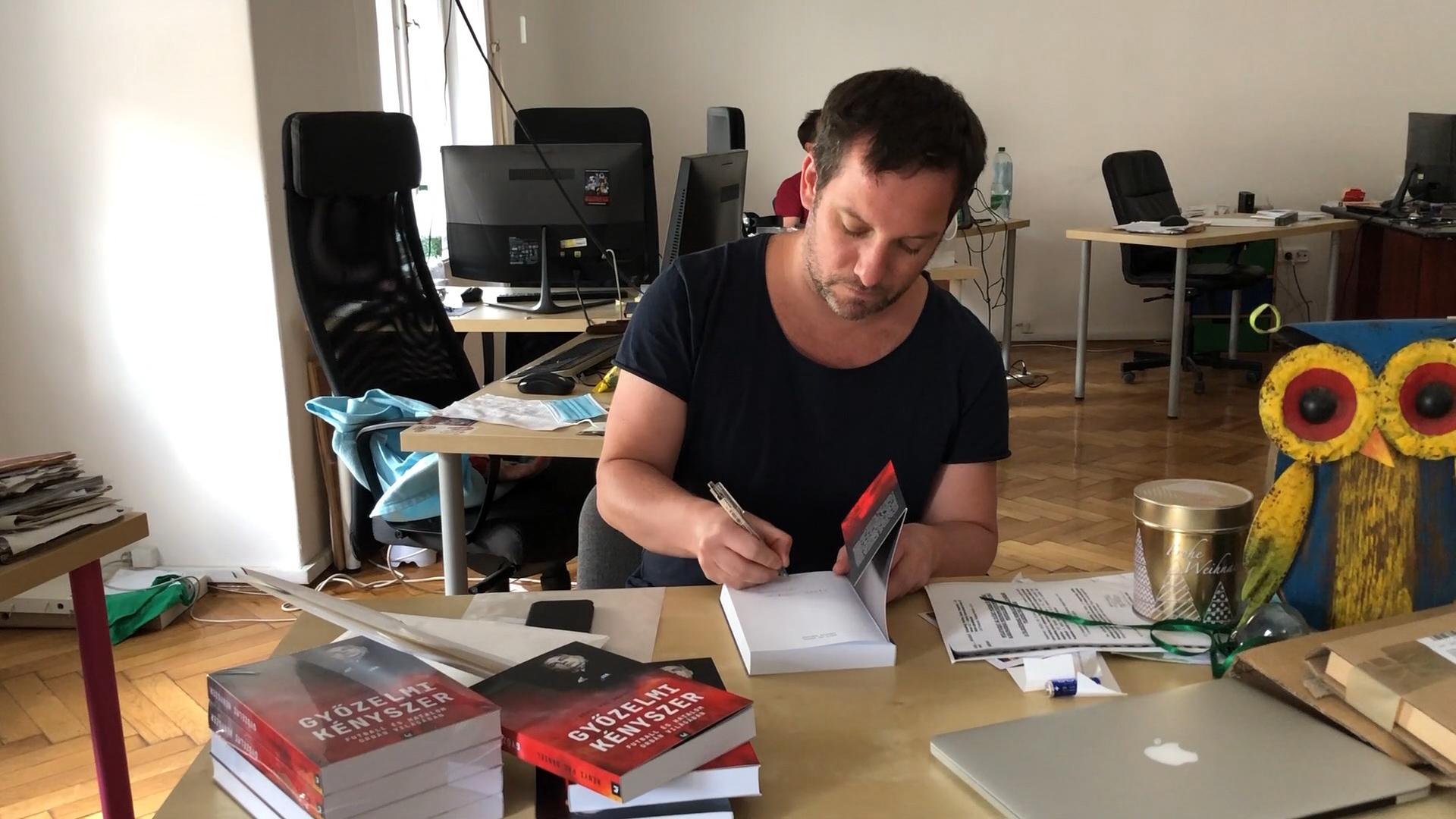Orbánék is kértek egy példányt a 444 új könyvéből