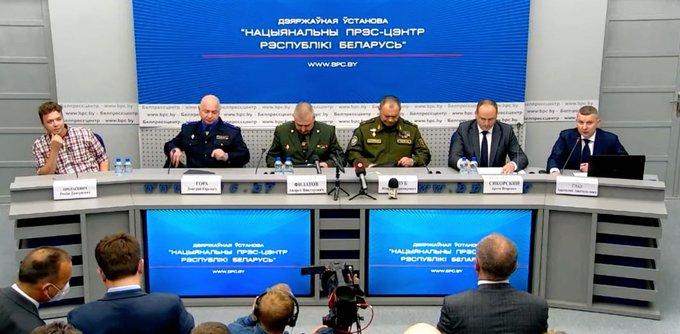 Kiültette a pódiumra a belarusz hatóság a repülőről lerángatott Raman Prataszevicset