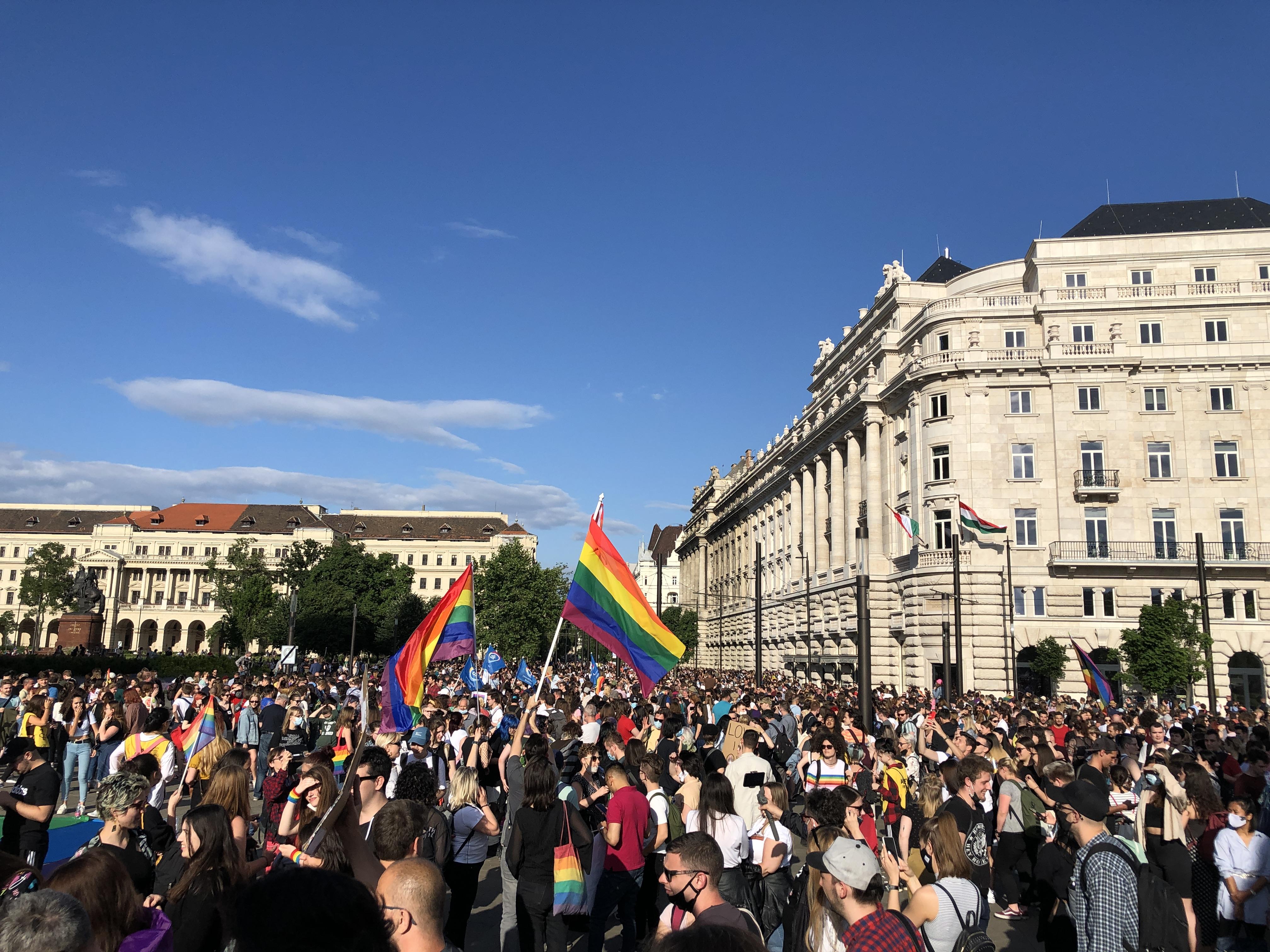 Szerdán újra tüntetnek a homofób módosítókkal teleírt pedofiltörvény miatt