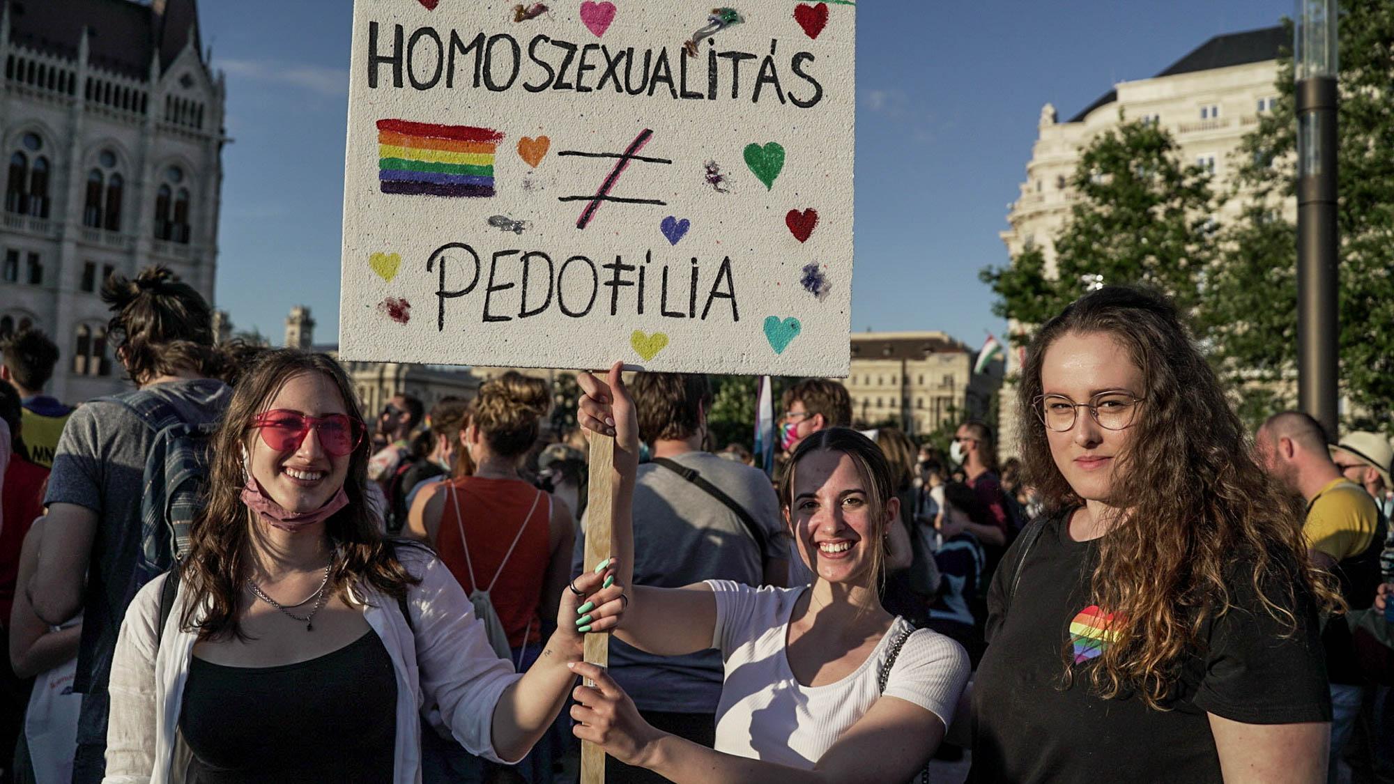 Az Európai Bizottság tüzetesen megvizsgálja a homofóbbá alakított magyar pedofilellenes törvényt
