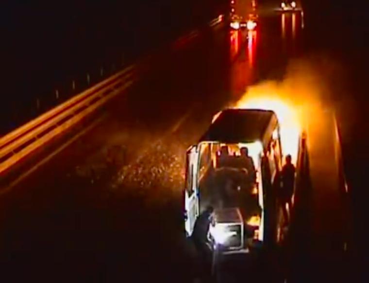 Kigyulladt a vándorszínészek furgonja a Kőröshegyi völgyhídon, a lángoló autóból is mentették a felszerelést