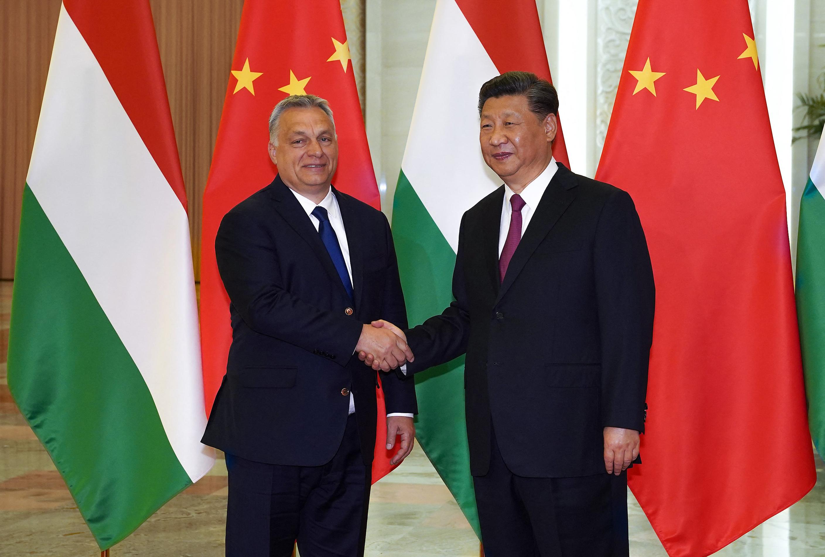 A Le Monde úgy látja, Kína kísértésbe viszi Orbán Viktort