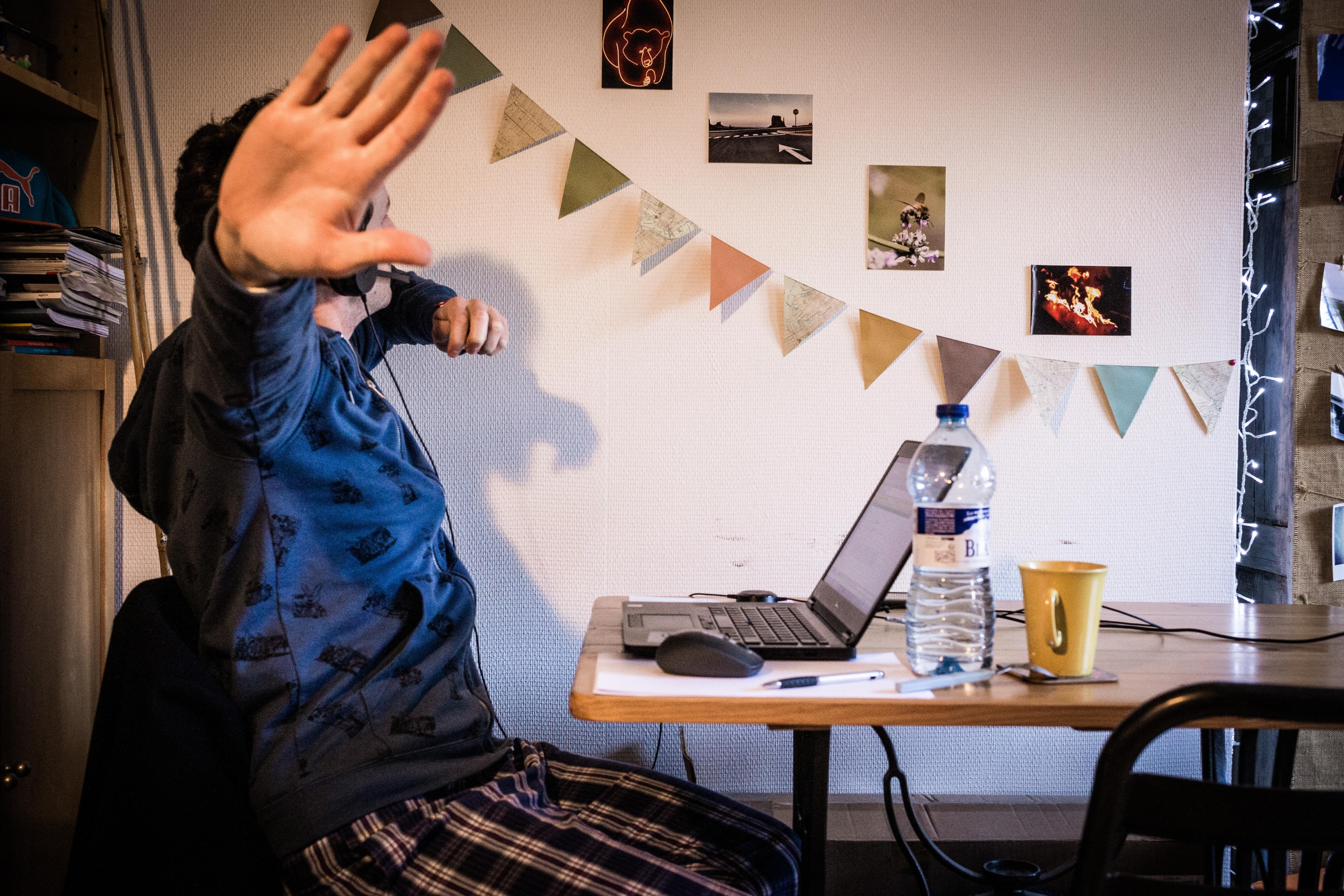 Az agyzsibbasztó online értekezletek miatt nem igazán hatékony, de annál népszerűbb a home office