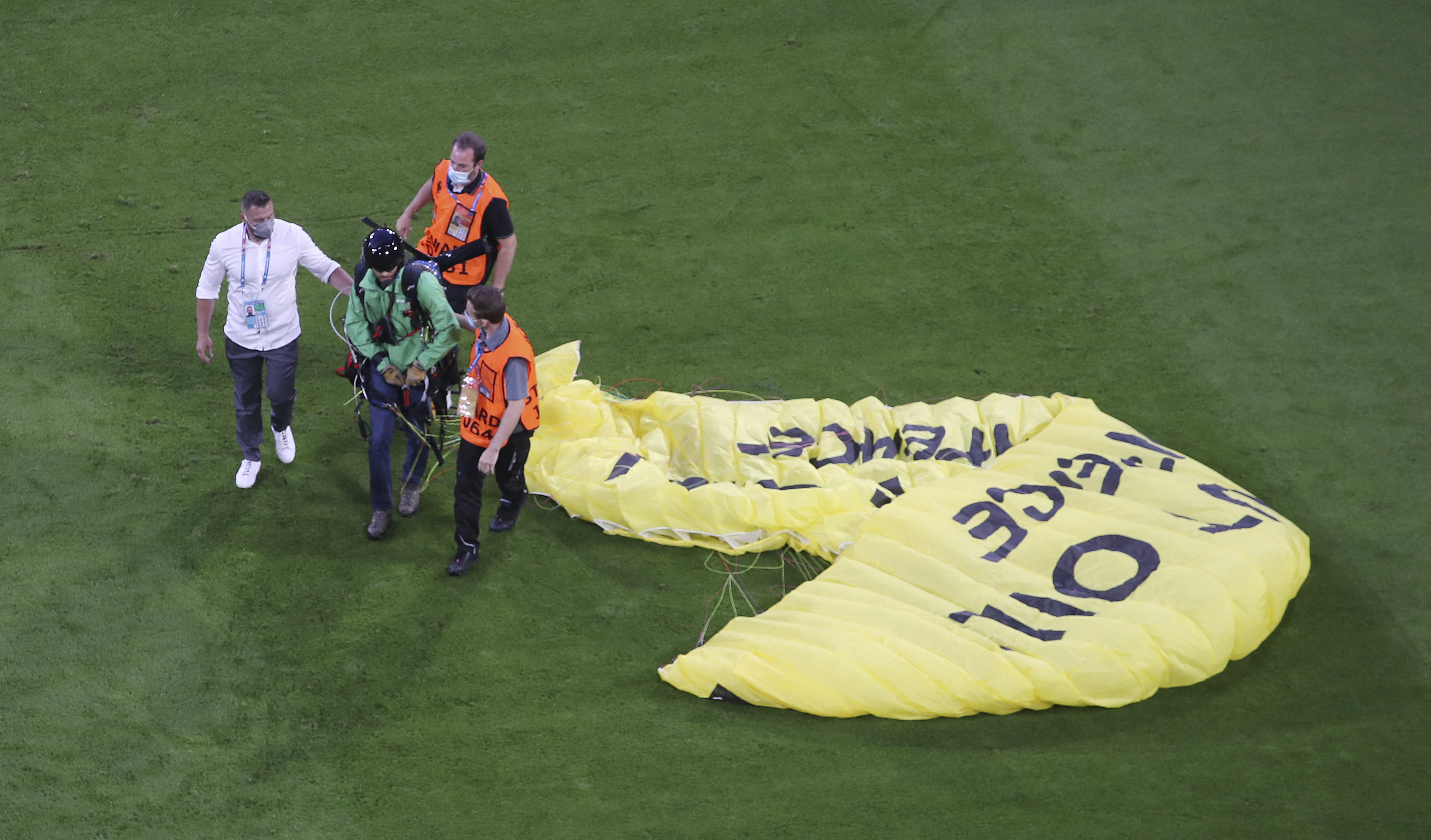 Egy siklóernyős tüntető miatt több embert kórházba kellett szállítani a francia-német meccsről
