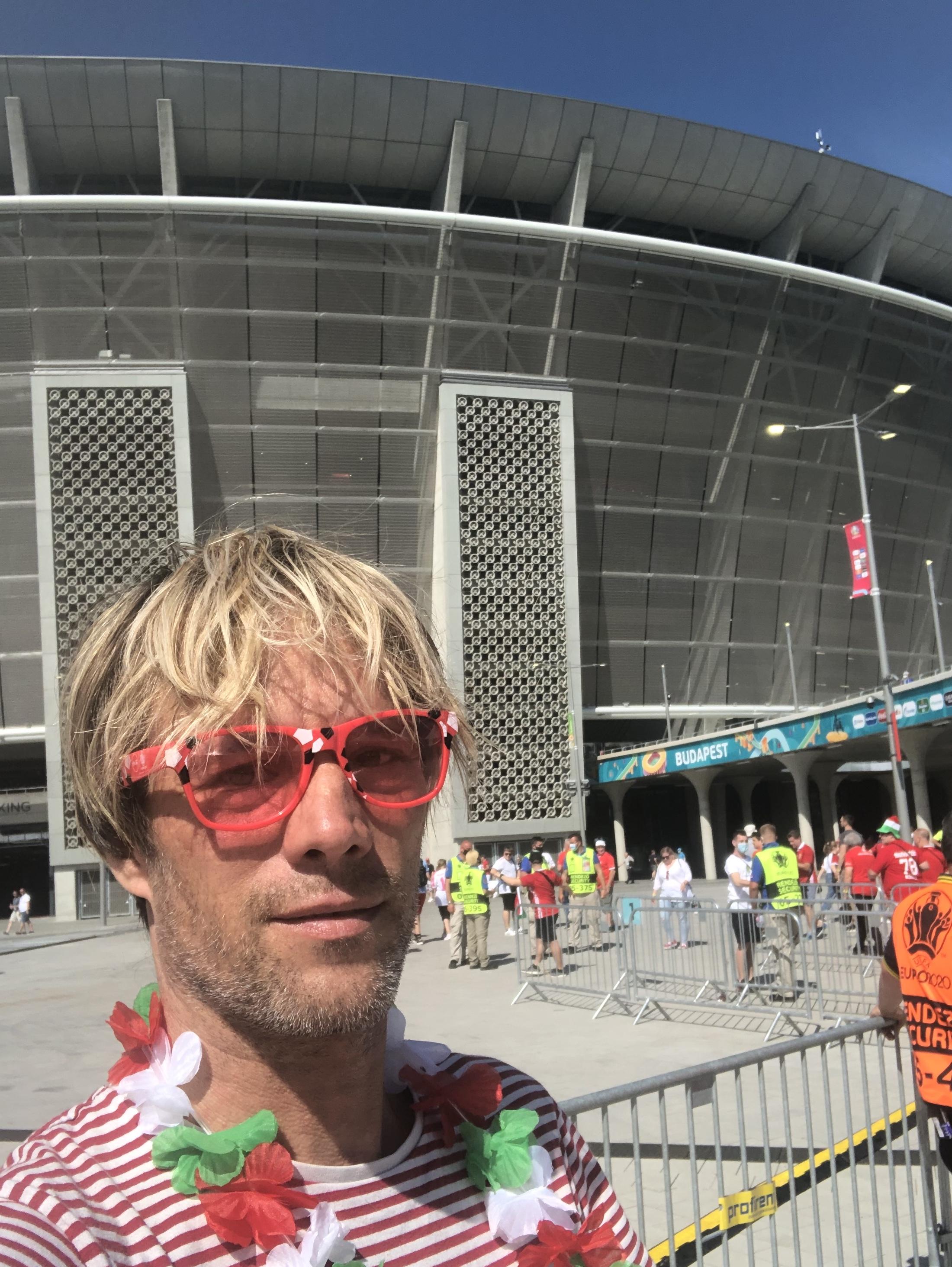 Az ember, aki csak bulizni akart a magyar-portugálon, de leverték a szemüvegét