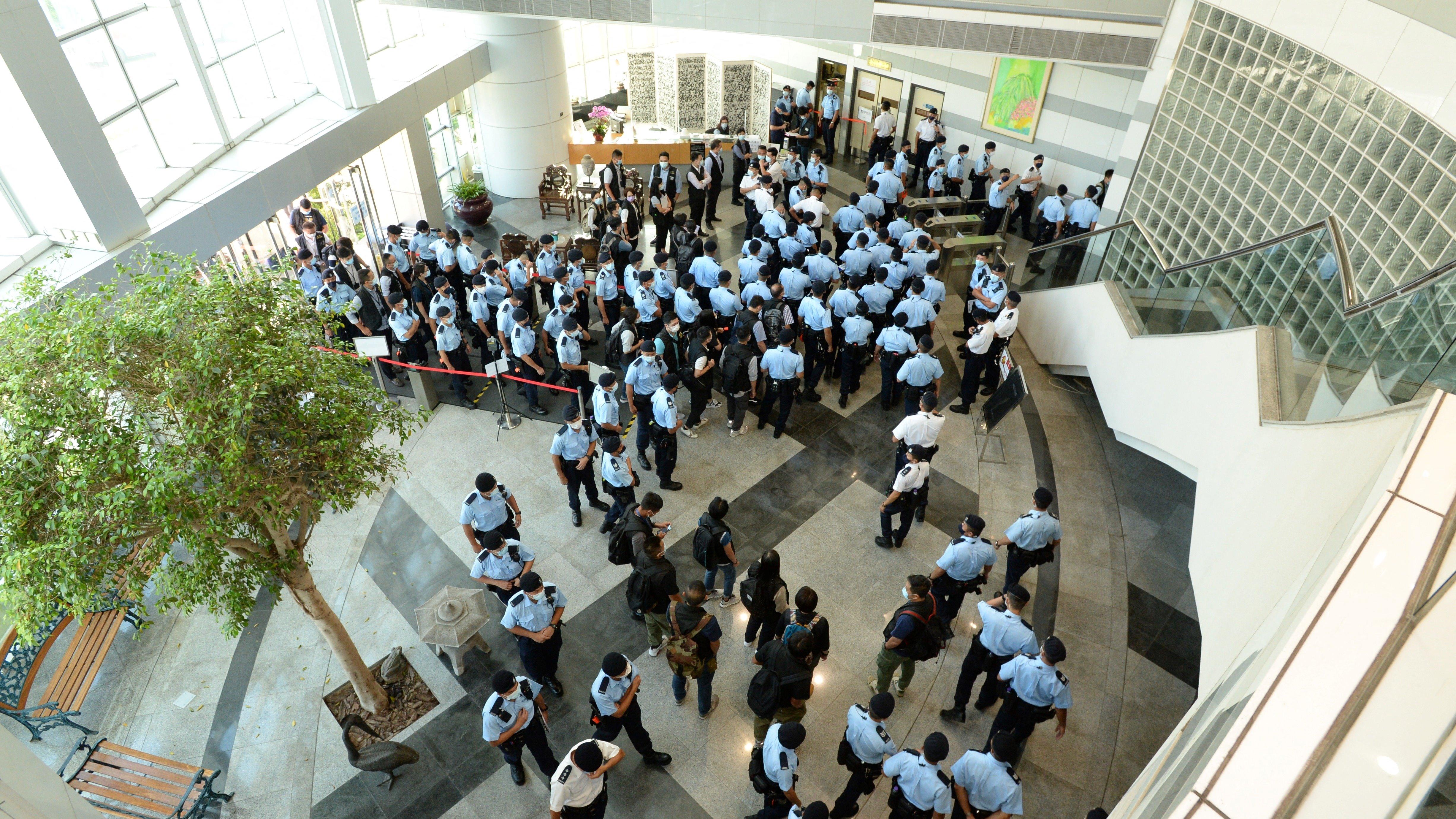 500 rendőr szállta meg a legnagyobb demokráciapárti újság szerkesztőségét Hongkongban