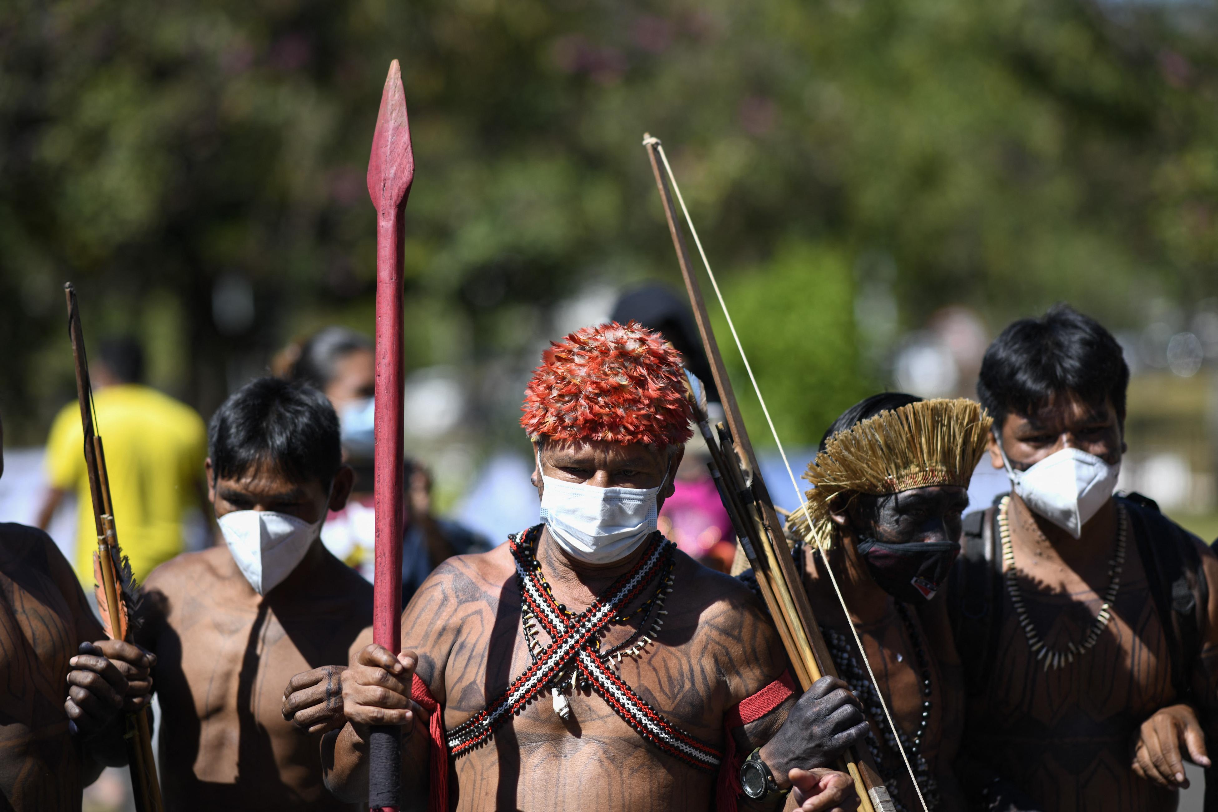 Nyilakkal lőtték az őslakosok a brazil parlament ablakait