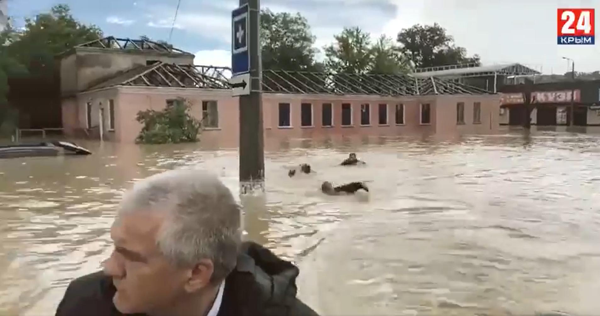 Úszva követték a minisztérium emberei az árvizet motorcsónakból megtekintő orosz kormányzót