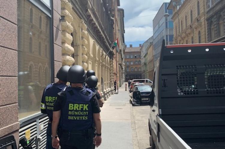 A TEK fogta el azt a férfit, aki egy budapesti társasházban fogott gázpisztolyt a szomszédjára