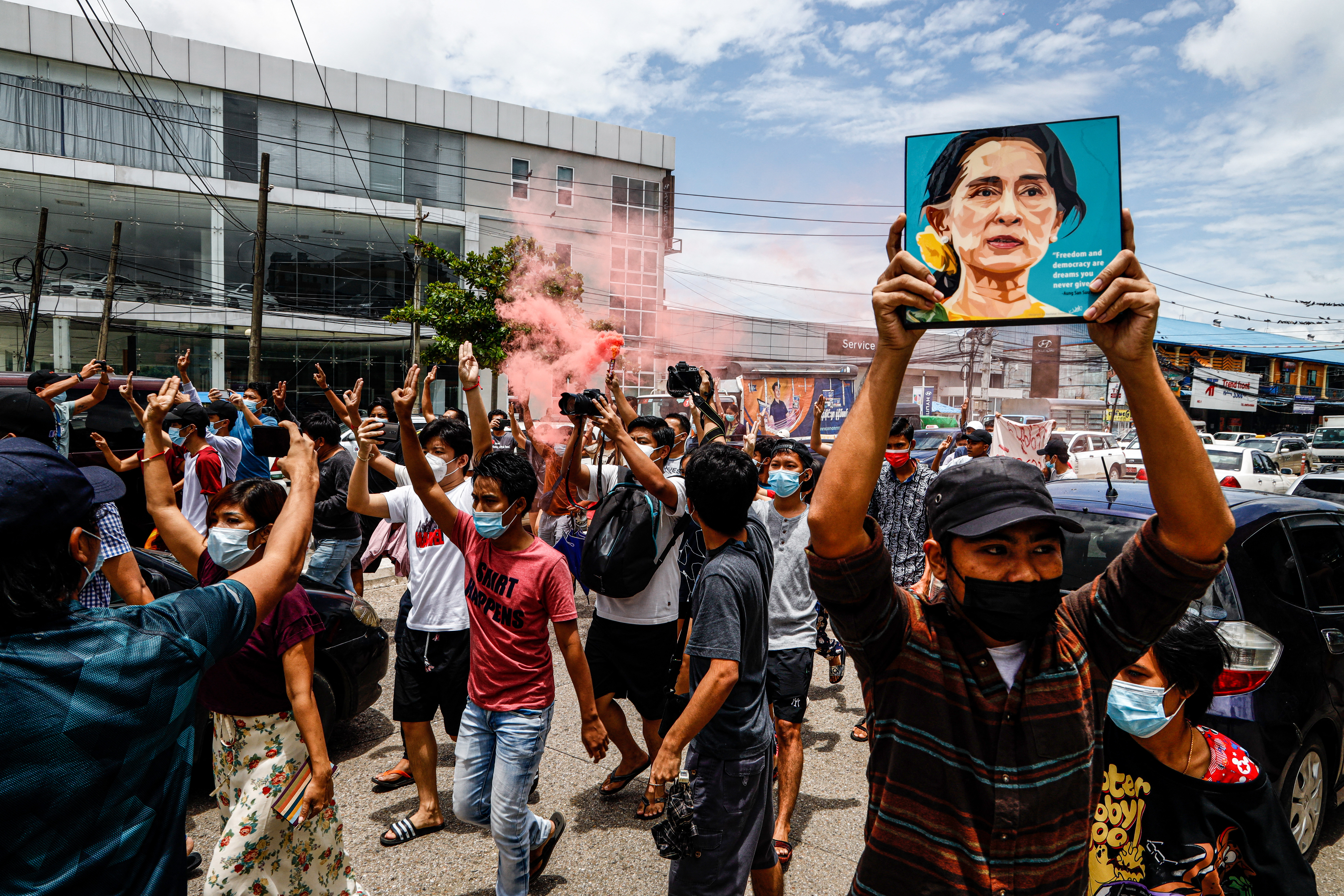 Virággal a hajukban tüntettek a burmaiak Aung Szan Szú Kjí születésnapján