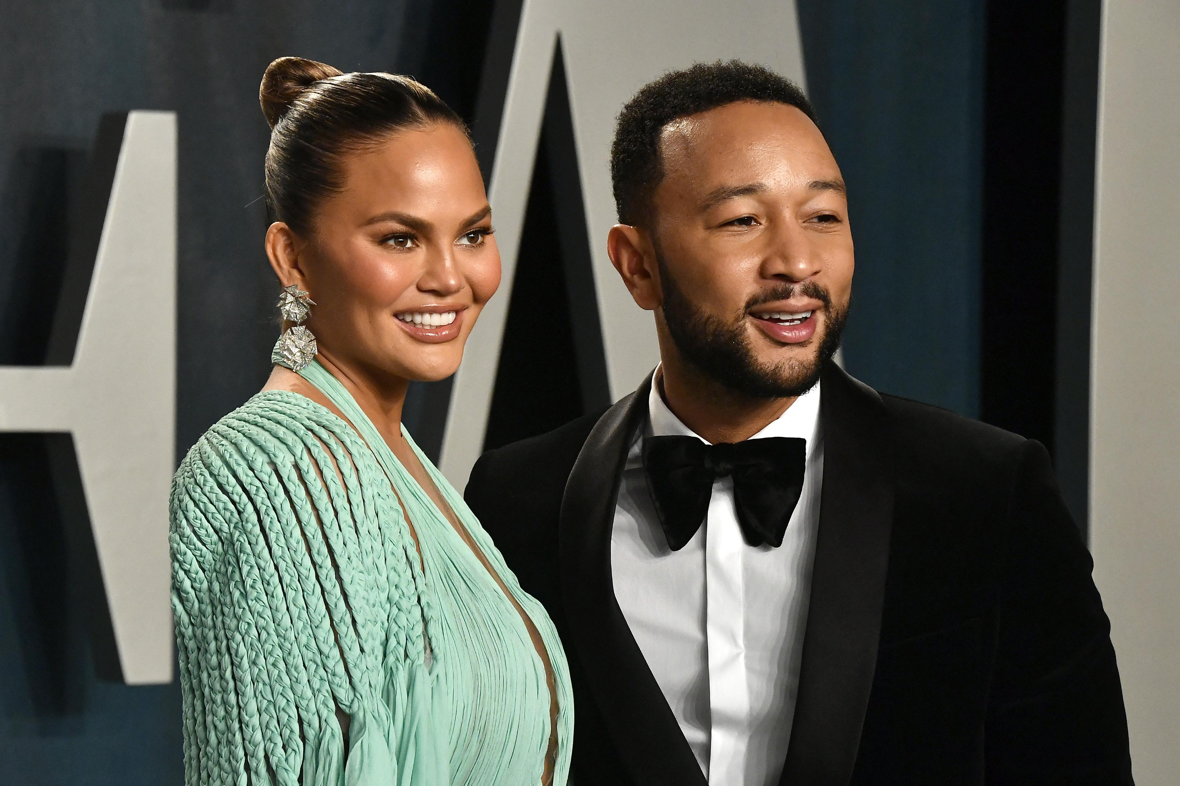 John Legend tagadja, hogy Chrissy Teigen online zaklatta volna Michael Costello divattervezőt