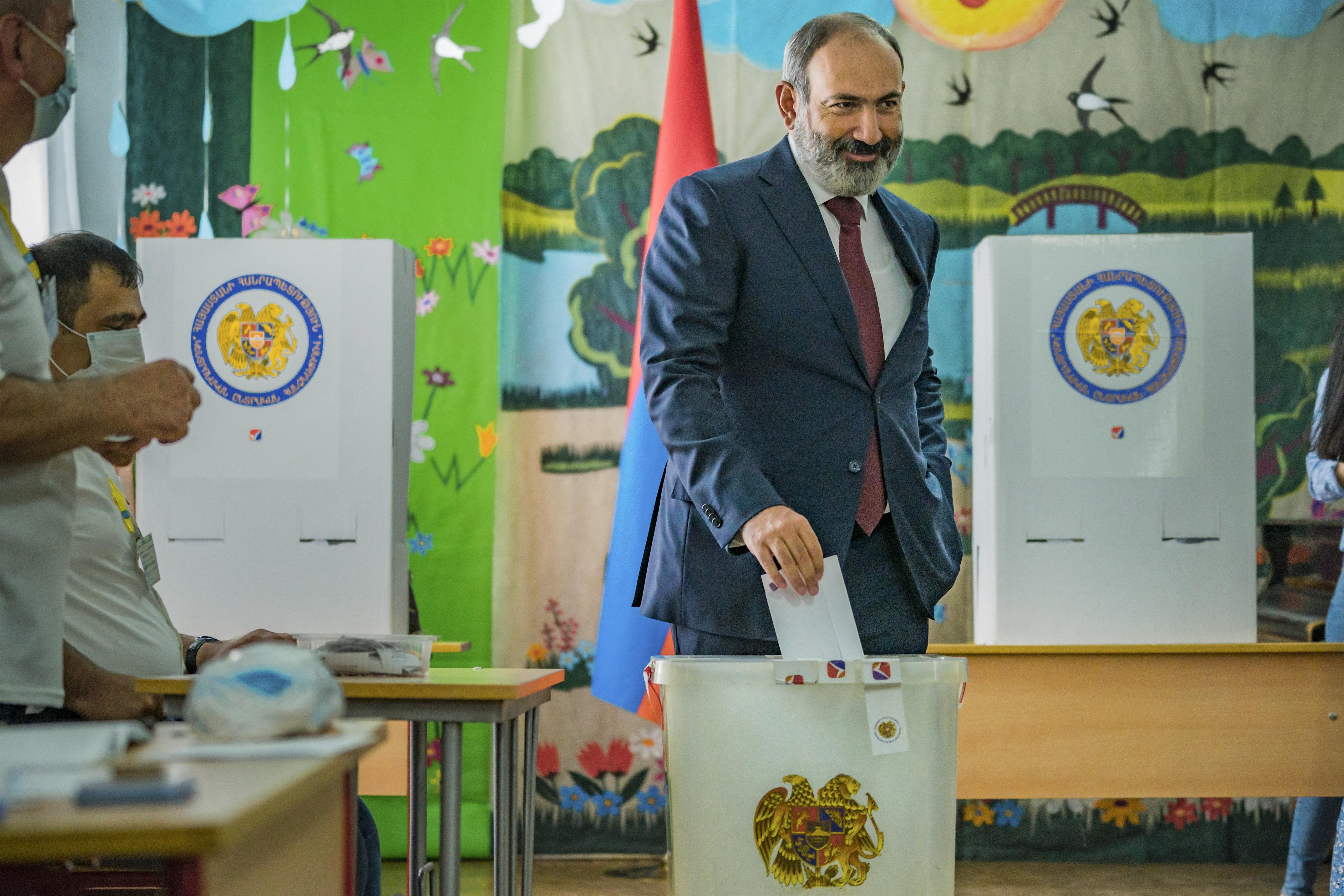 Örményországi választás: Pasinján győzelmet hirdetett, Kocsarján nem ismerte el az eredményt