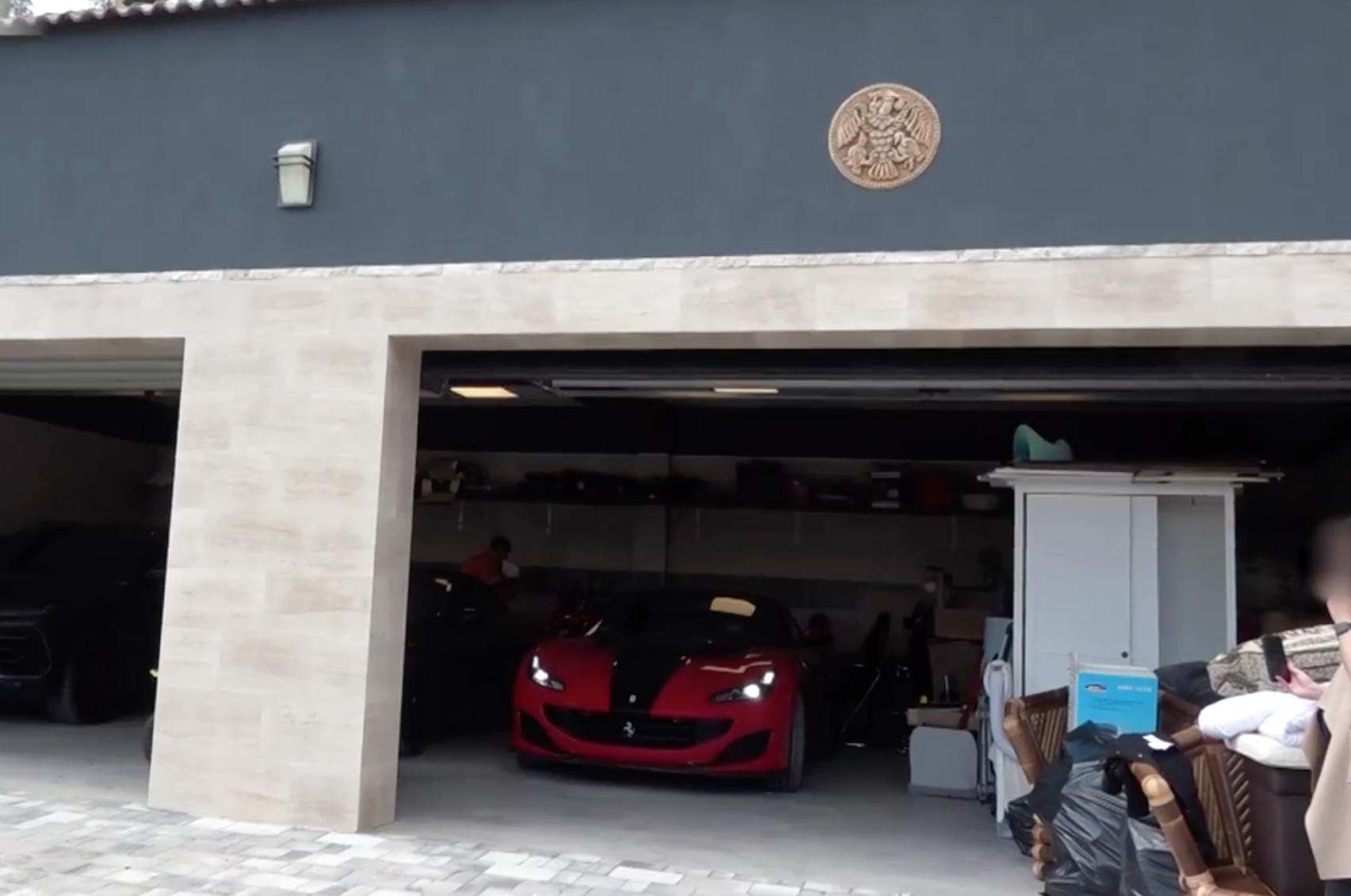 Ferrarit, kishajót és befalazott pénzt foglalt le a NAV egy bűnszervezettől