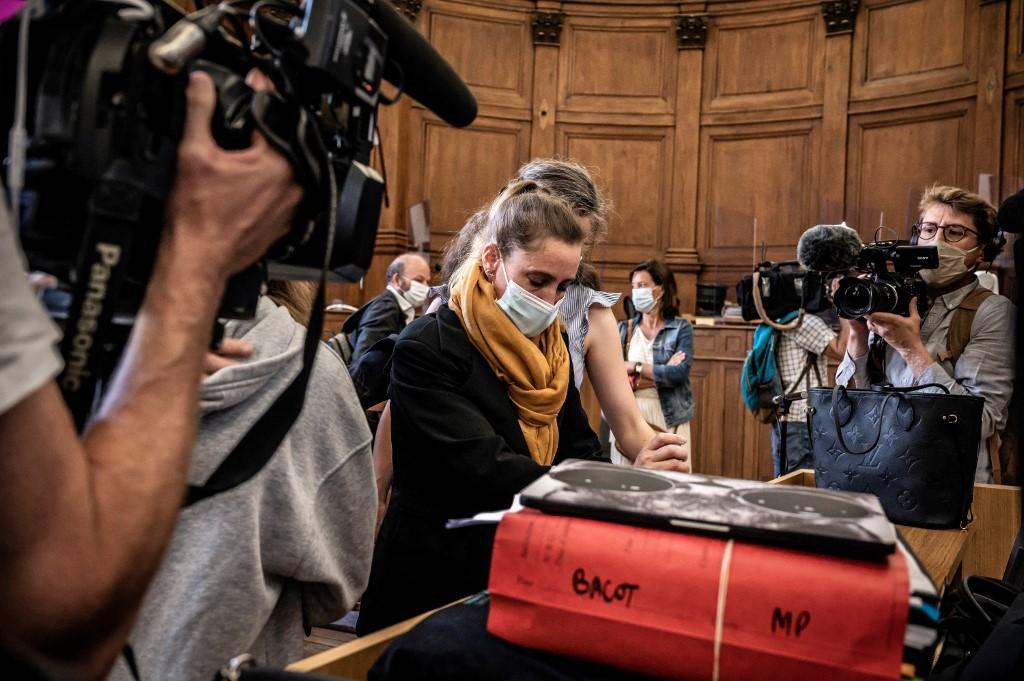 Elkezdődött a francia nő tárgyalása, aki megölte az őt előbb mostohaapjaként, majd férjeként megerőszakoló férfit
