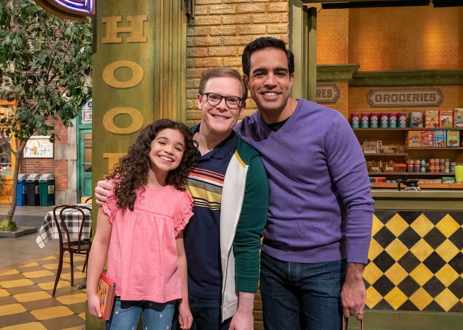 Házas, meleg apukák és kislányuk szerepelt a Szezám utca legújabb epizódjában