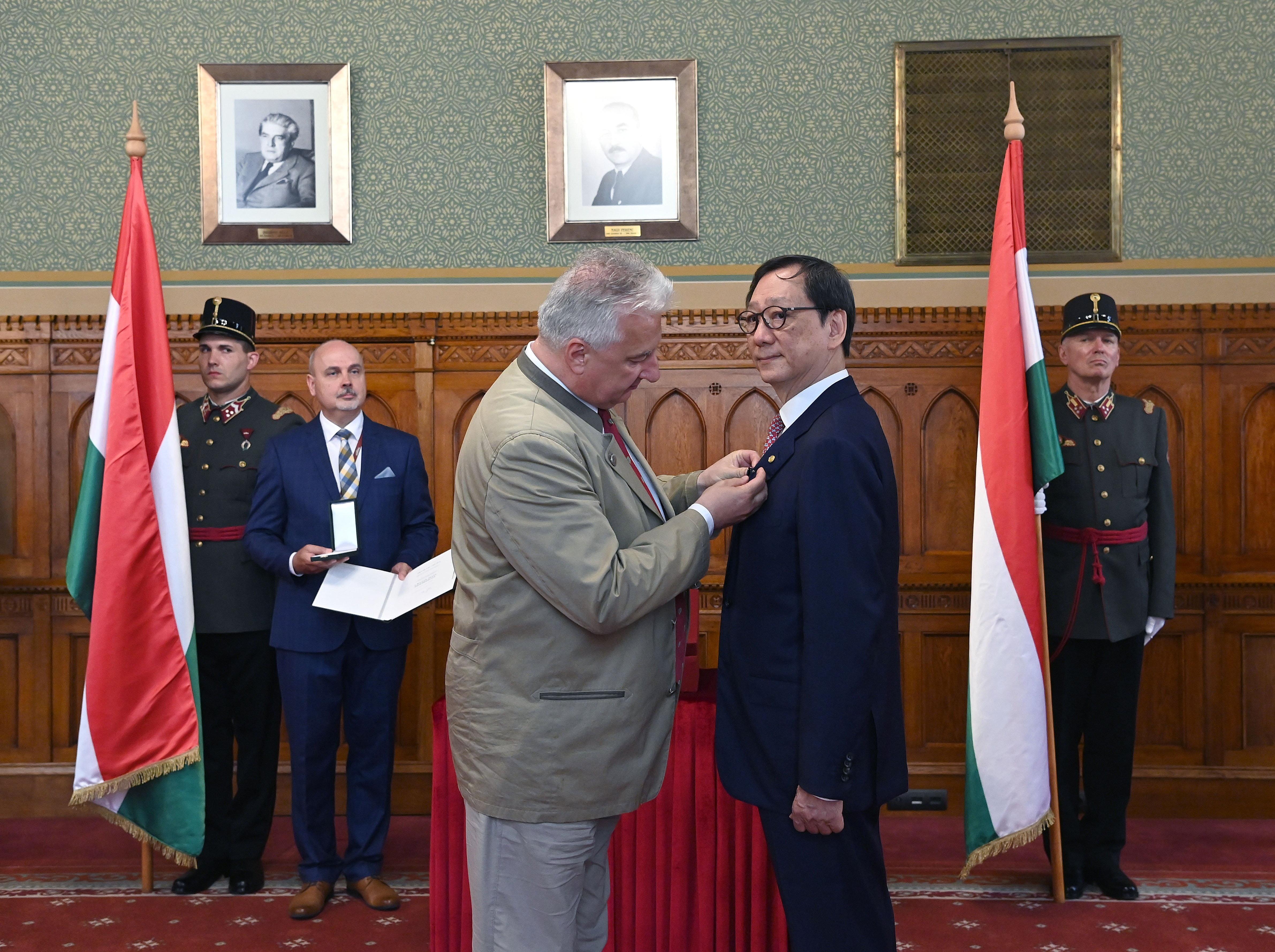 Semjén Zsolt a Magyar Arany Érdemkereszttel tüntette ki Frank Liu Chi-Jent a magyar-kínai kapcsolatok fejlesztéséért